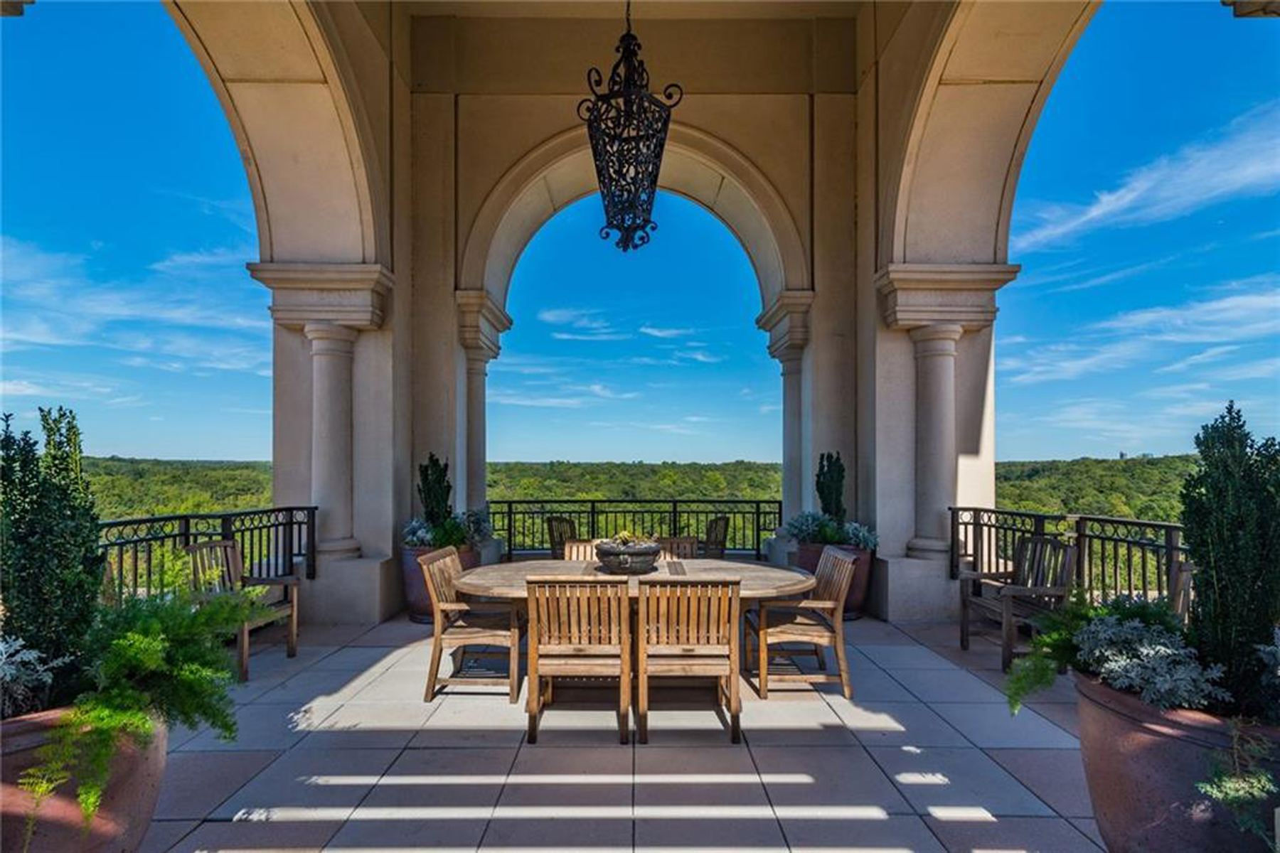 Condominiums для того Продажа на Five Star Full Service Living in the Beautiful Borghese 3286 Northside Pkwy 804, Atlanta, Джорджия 30327 Соединенные Штаты