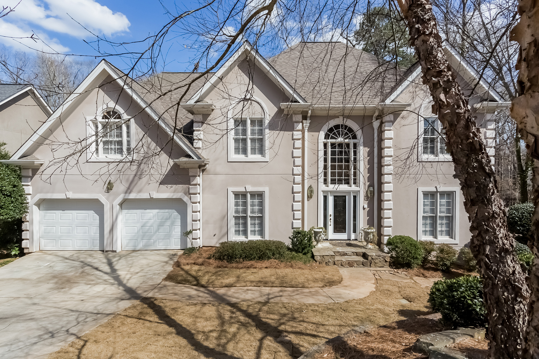 Moradia para Arrendamento às Updated Home In Desirable Horseshoe Bend 155 Willow Brook Drive Roswell, Geórgia 30076 Estados Unidos