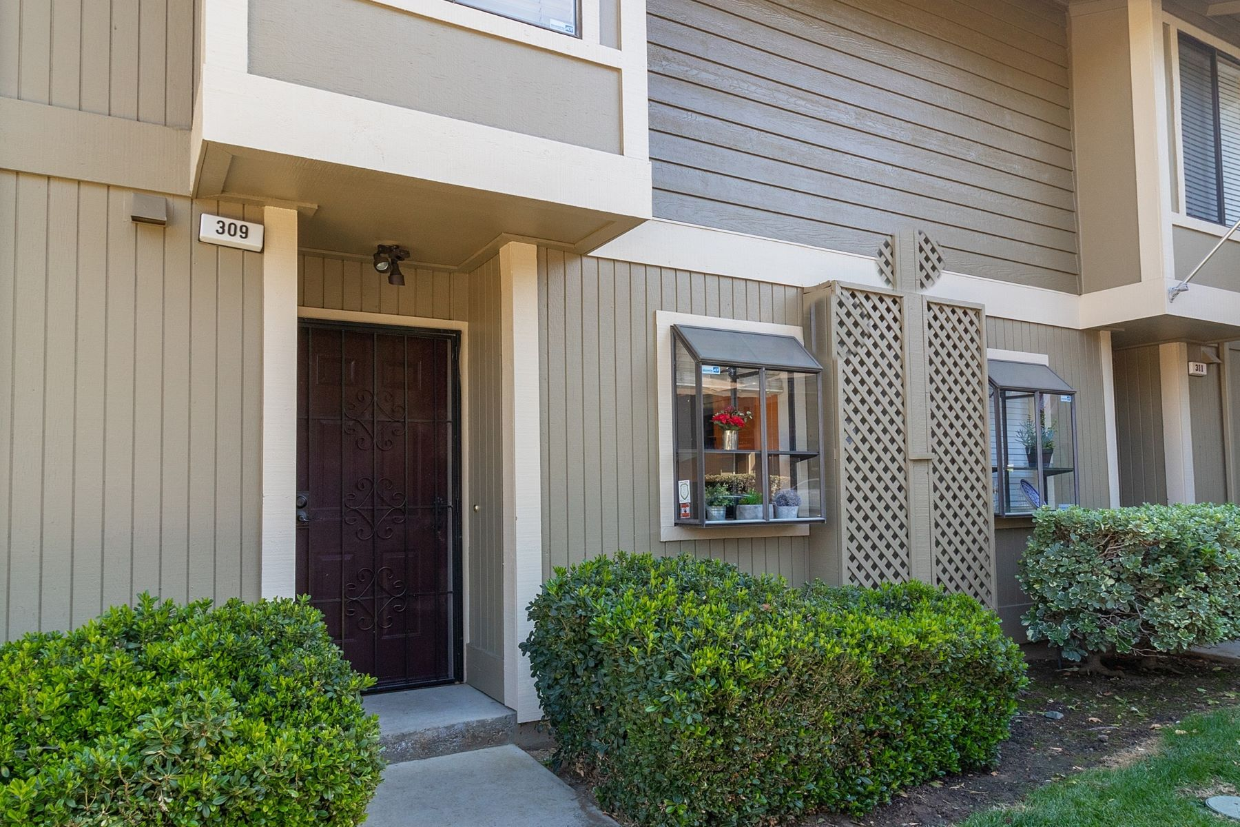 Condominiums for Sale at Updated Eastgate Condo 309 Eastgate Lane Martinez, California 94553 United States