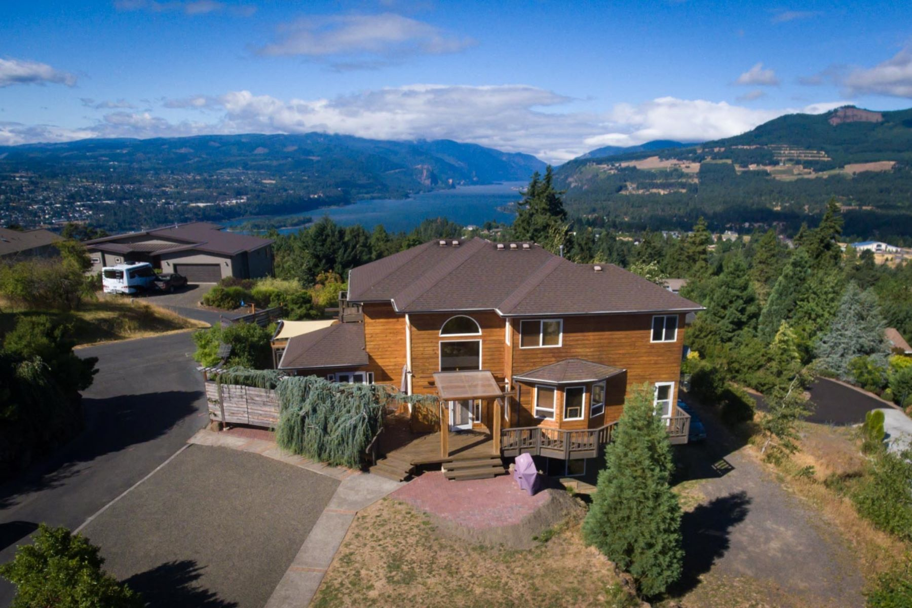 Single Family Homes for Sale at 420 El Camino Real 450 El Camino Real White Salmon, Washington 98672 United States