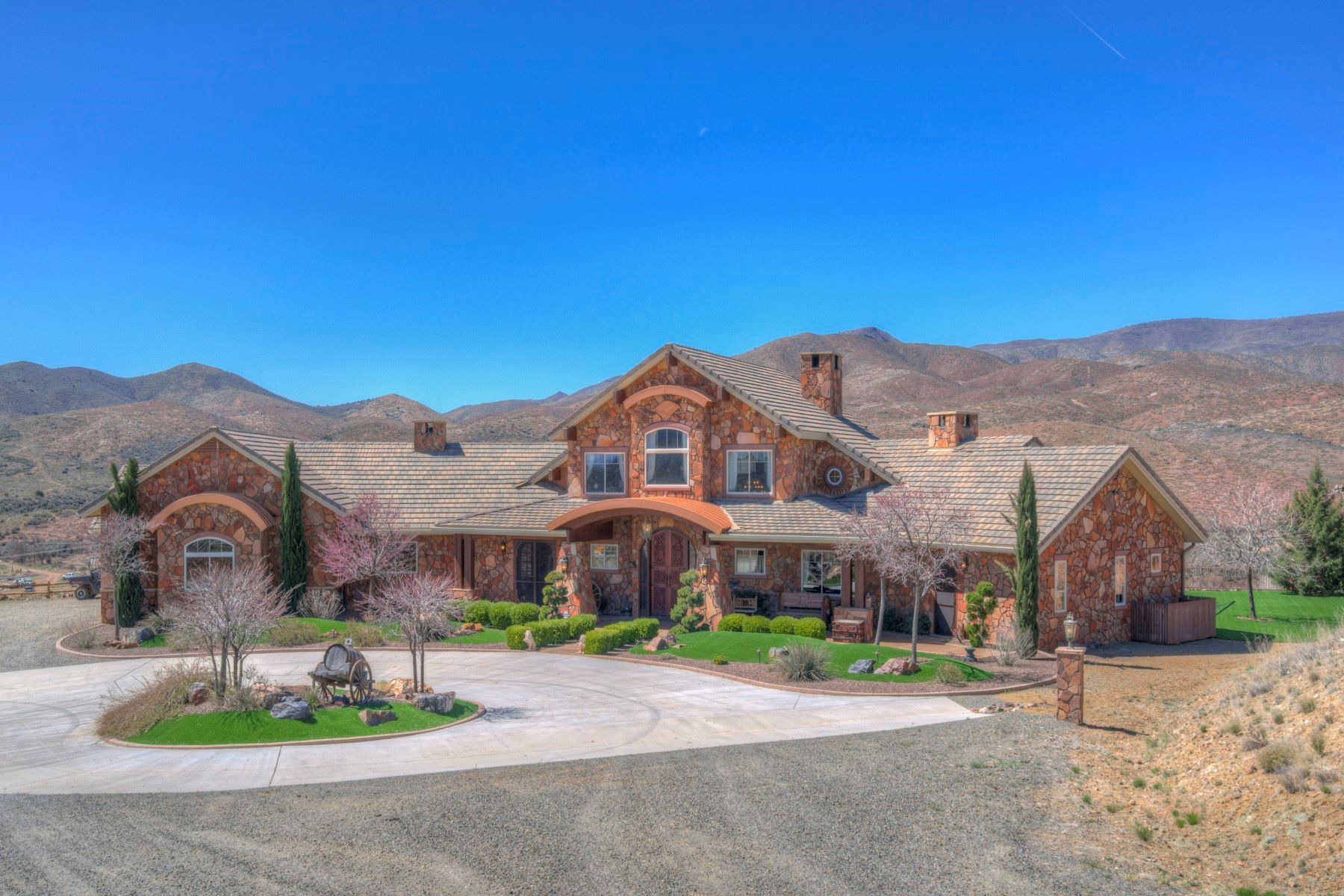 Single Family Homes for Active at Large Historic Ranch Sale 8960 S CUTTING EDGE TRL Mayer, Arizona 86333 United States