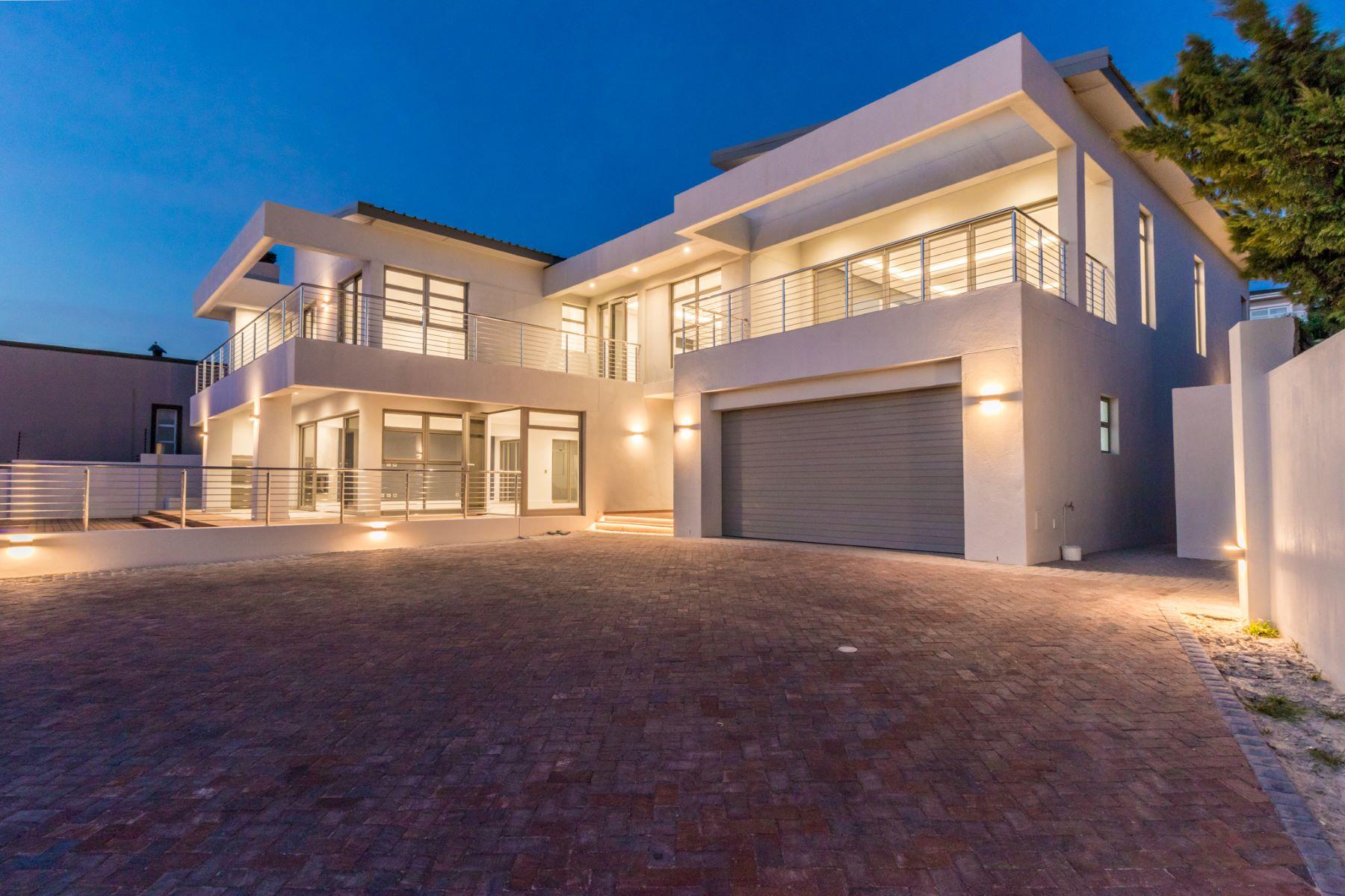 Single Family Homes por un Venta en 4 Bedroom House For Sale in Dennegeur Somerset West, Provincia Occidental Del Cabo Sudáfrica