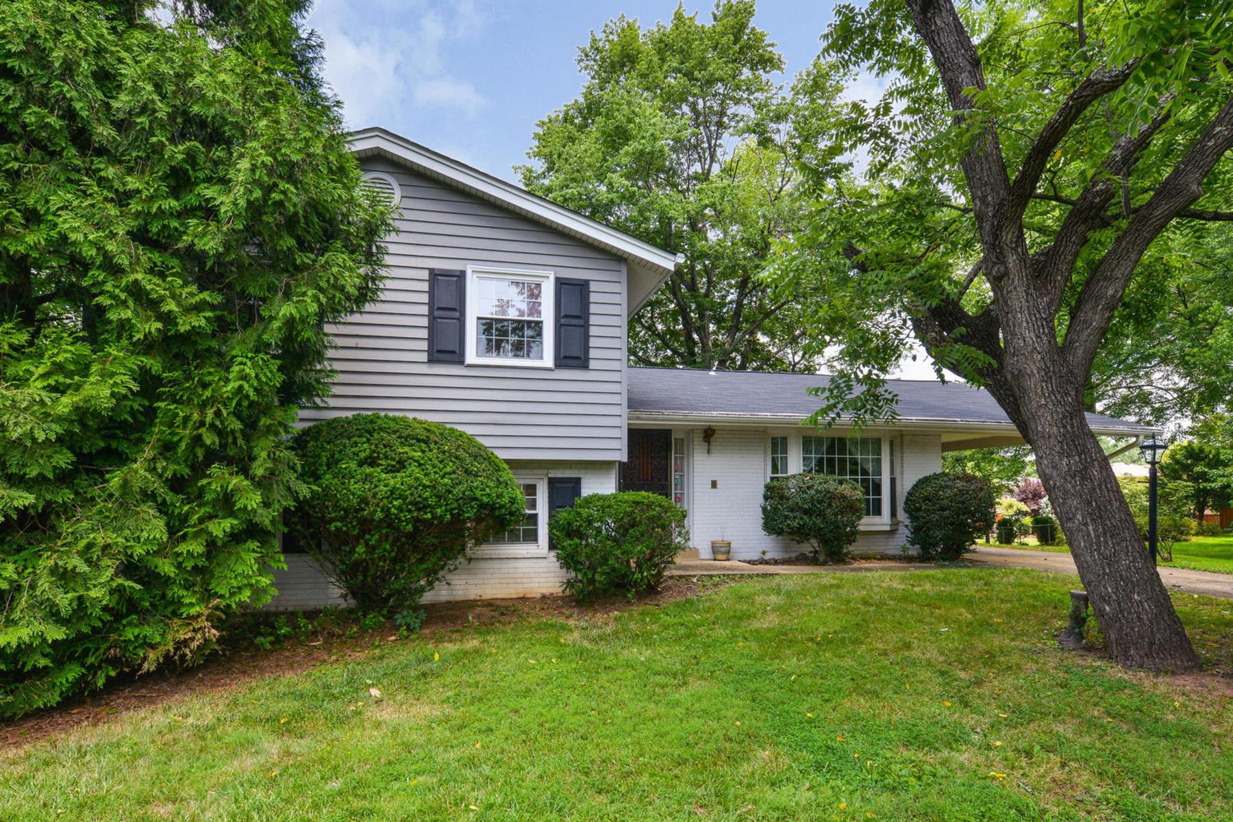 獨棟家庭住宅 為 出售 在 901 Lynnhill Court Ne, Vienna Vienna, 弗吉尼亞州 22180 美國