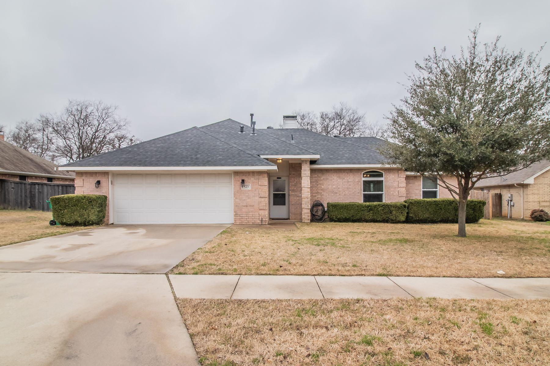 Single Family Homes für Verkauf beim Updated Aubrey Traditional 523 Amy Jo Circle, Aubrey, Texas 76227 Vereinigte Staaten