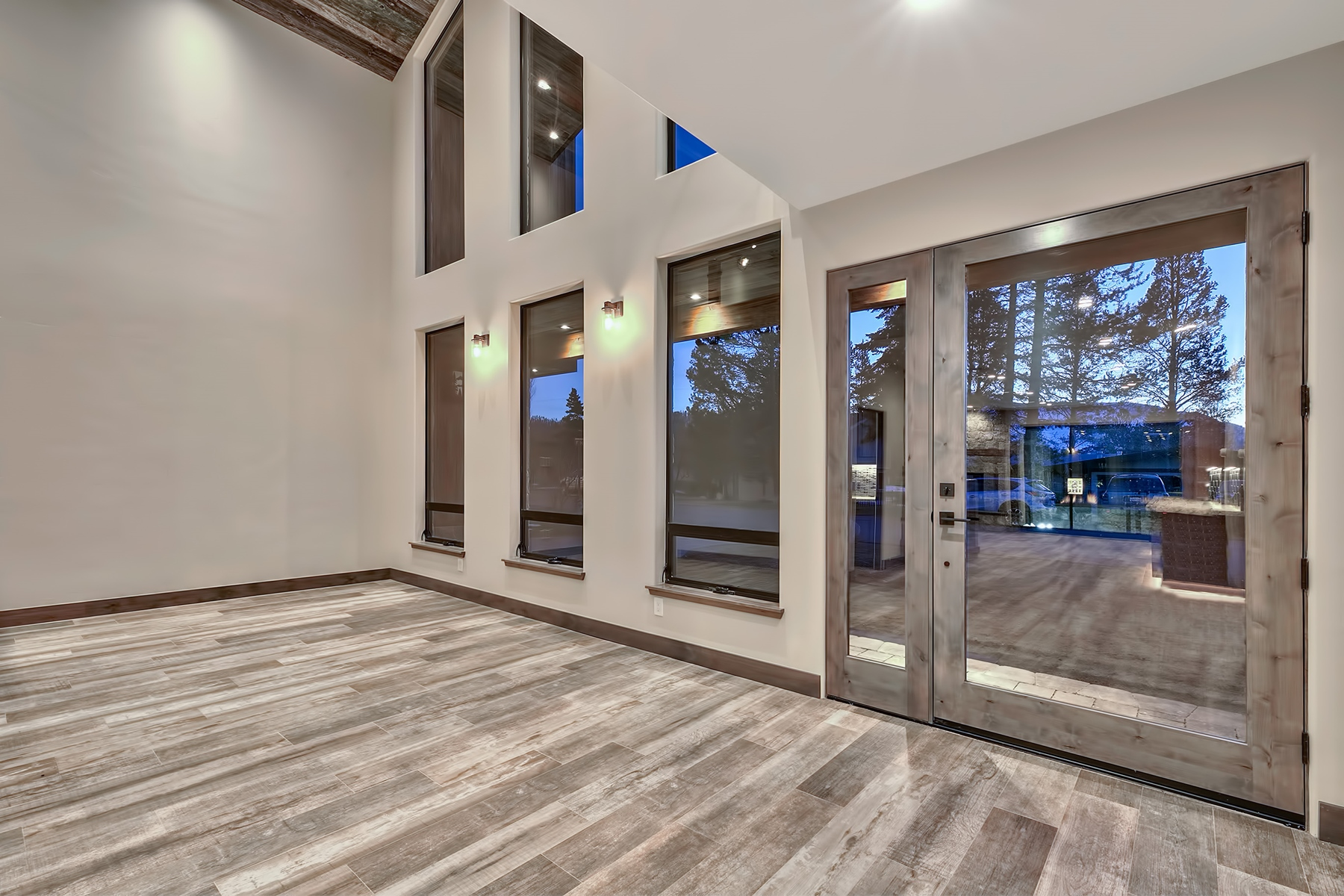 Additional photo for property listing at 565 Lucerne Way, South Lake Tahoe CA 96150 565 Lucerne Way South Lake Tahoe, California 96150 United States