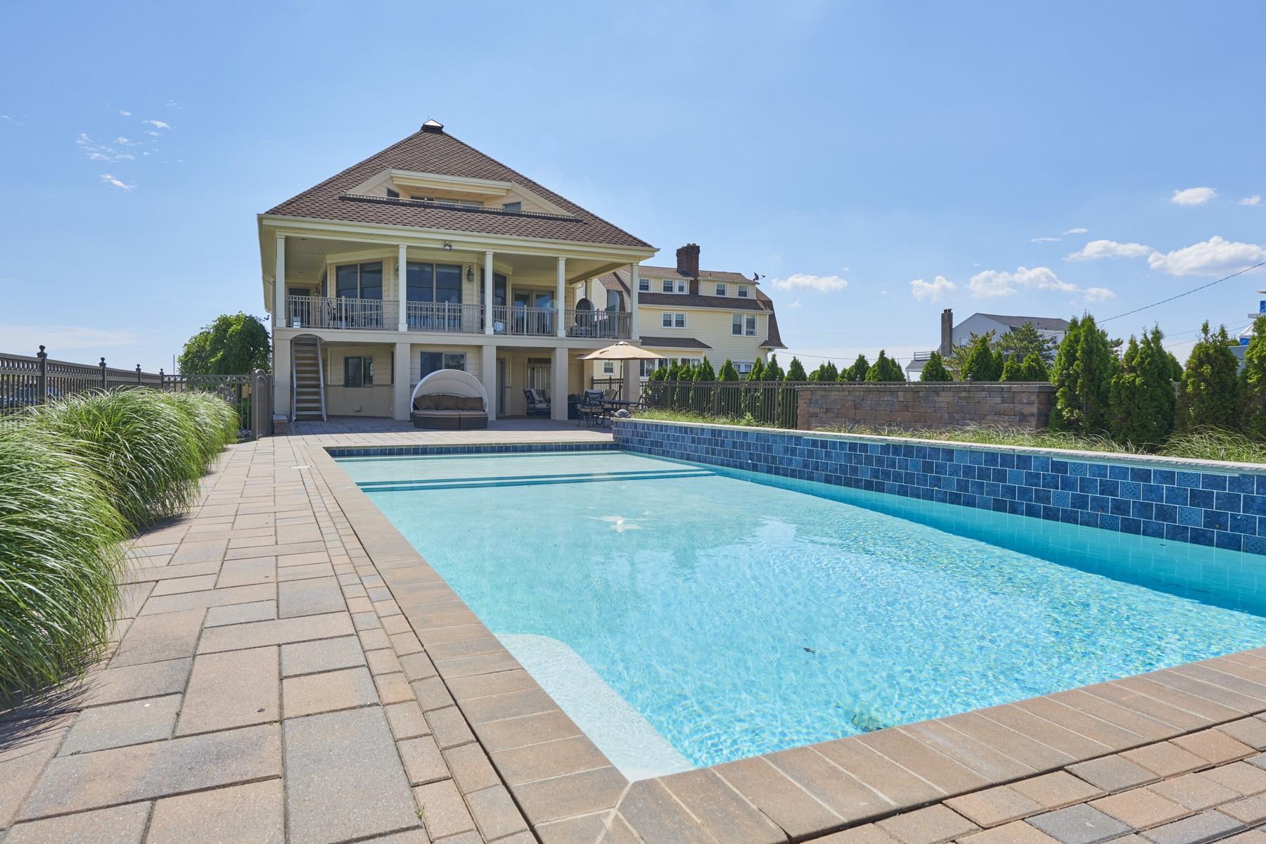 Maison unifamiliale pour l Vente à Beautiful Waterfront Property 138 Ocean Ave Monmouth Beach, New Jersey, 07750 États-Unis