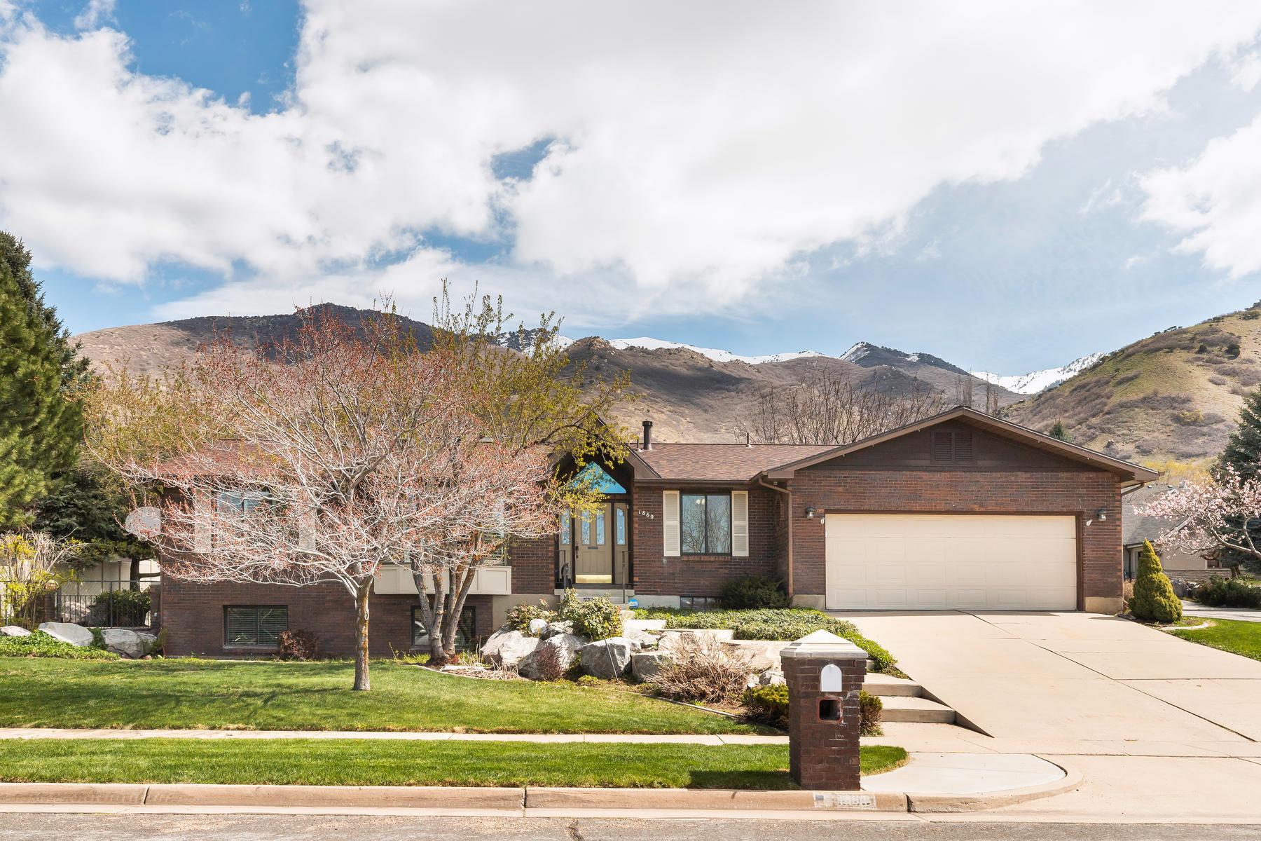 Single Family Homes 용 매매 에 Beautiful Brick Rambler With a Pristine Mountain Backdrop 1860 E Navajo Drive, Ogden, 유타 84403 미국