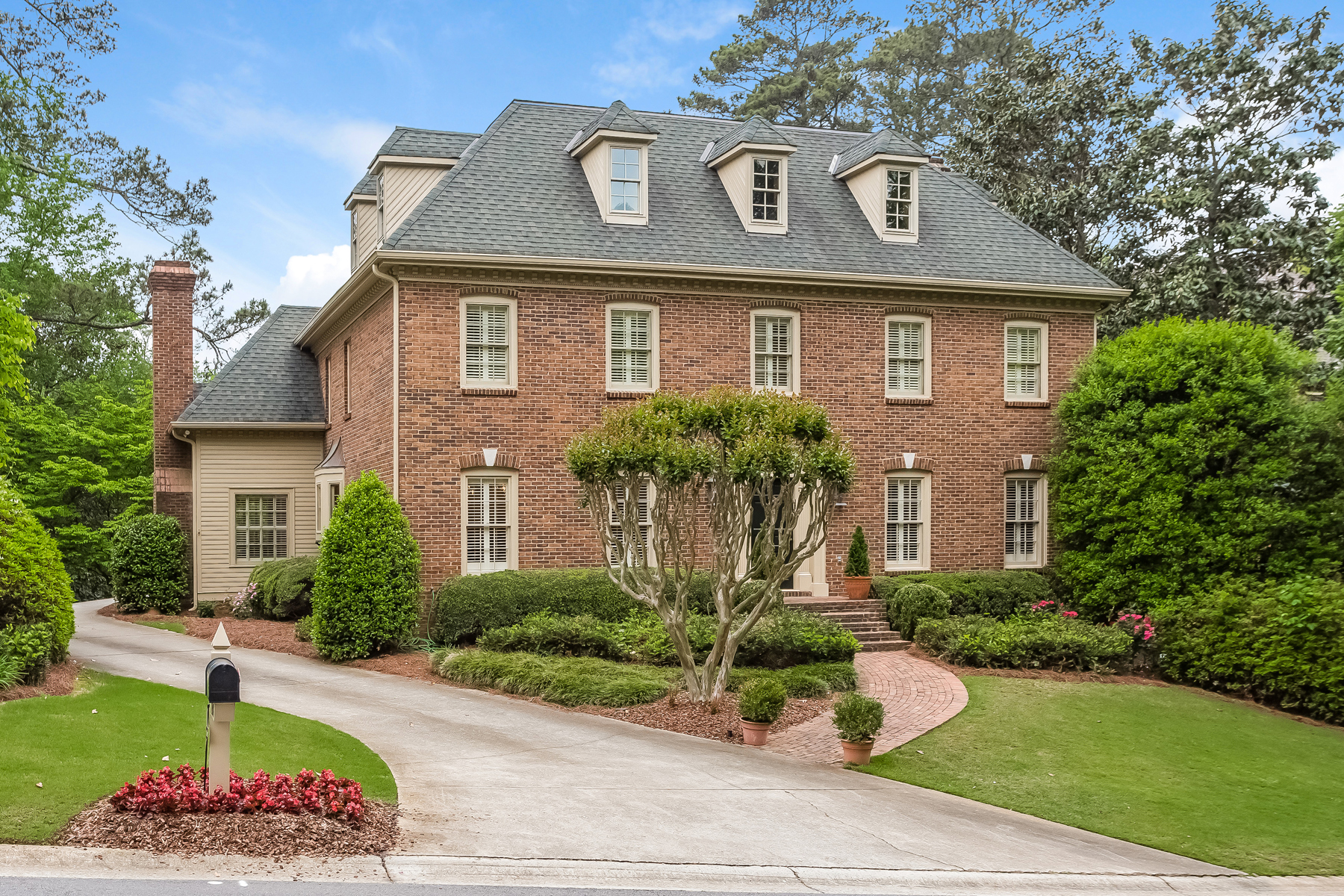 Vivienda unifamiliar por un Venta en Captivating Dunwoody Traditional 230 Grapevine Run Sandy Springs, Georgia, 30350 Estados Unidos