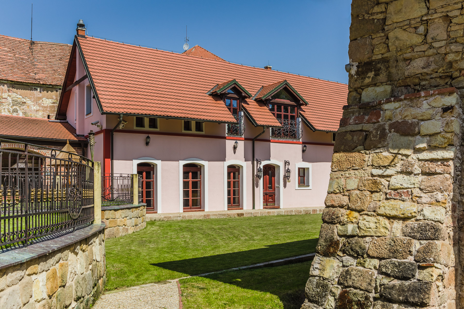 Casa Unifamiliar por un Venta en Country farm with historical charm in Central Bohemia Neprobylice Other Central Bohemia, Central Bohemia 27375 República Checa