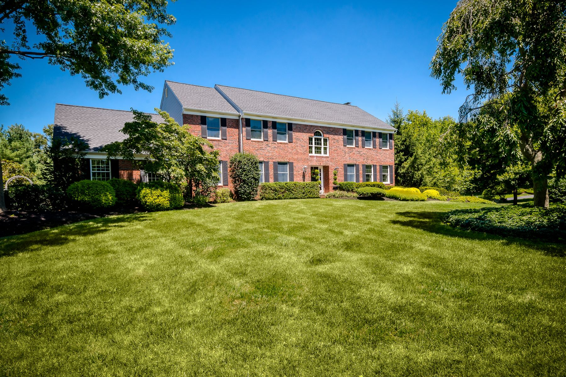 Maison unifamiliale pour l Vente à Brick Colonial In Princeton Oaks 5 Cliffview Court, West Windsor, New Jersey 08550 États-UnisDans/Autour: West Windsor Twp