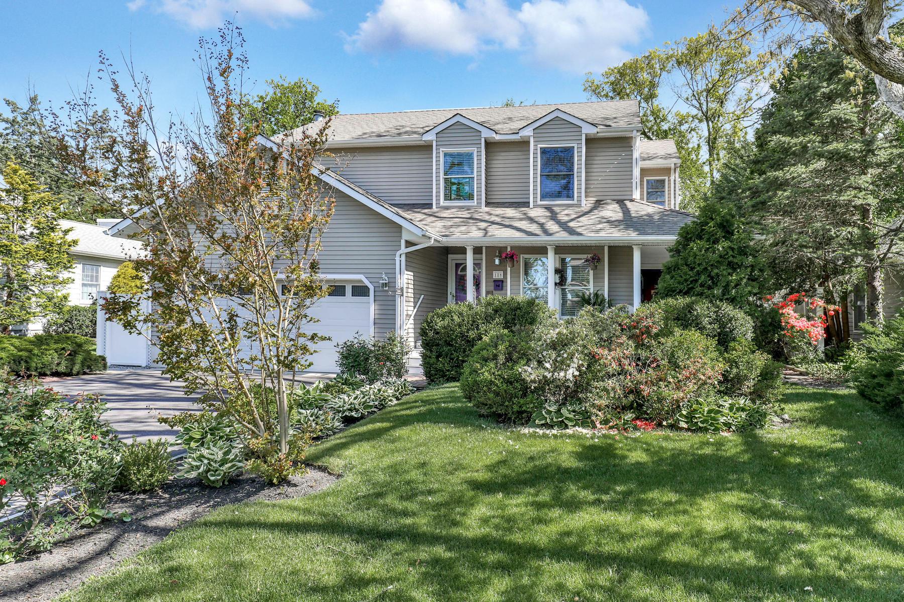 Частный односемейный дом для того Продажа на Located In The Wonderful Cranmoor Section 128 Cranmoor Drive Toms River, Нью-Джерси 08753 Соединенные Штаты