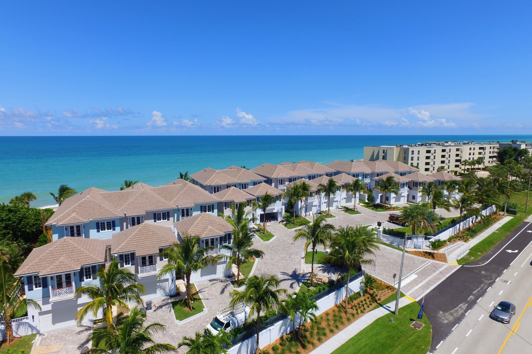 Maison unifamiliale pour l Vente à Surf Club! TBC Luxurious End Unit 4798 Highway A1A Unit #1 Vero Beach, Florida, 32963 États-Unis