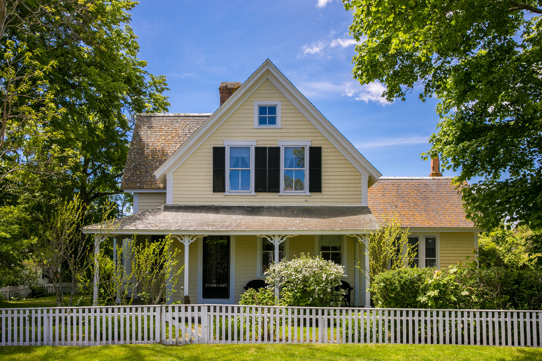 واحد منزل الأسرة للـ Sale في Extraordinary village living in Edgartown 22 Pierce Lane Edgartown, Massachusetts 02539 United States