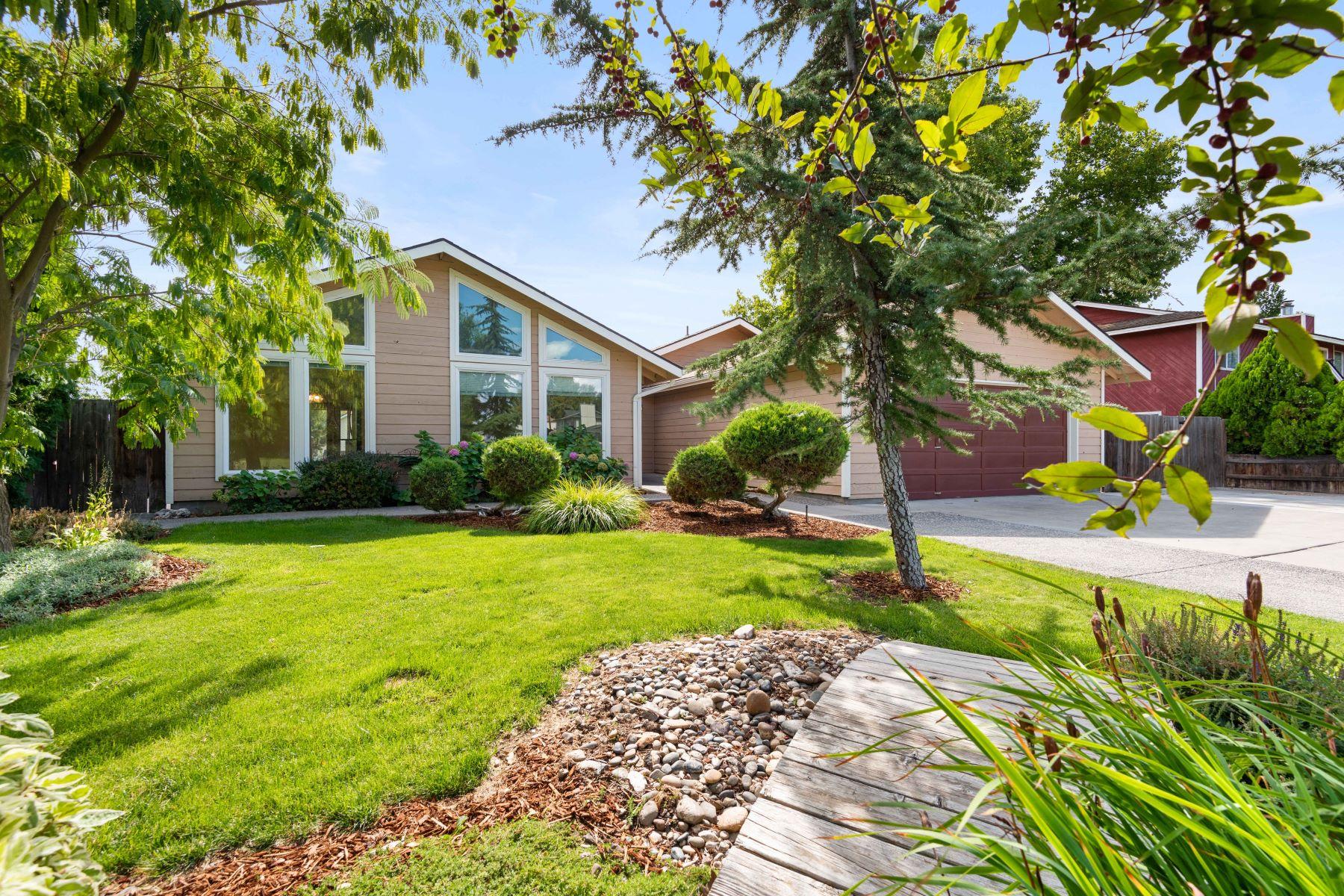 Single Family Homes por un Venta en Beautifully updated and read for its new family! 5113 Chukar Drive West Richland, Washington 99353 Estados Unidos