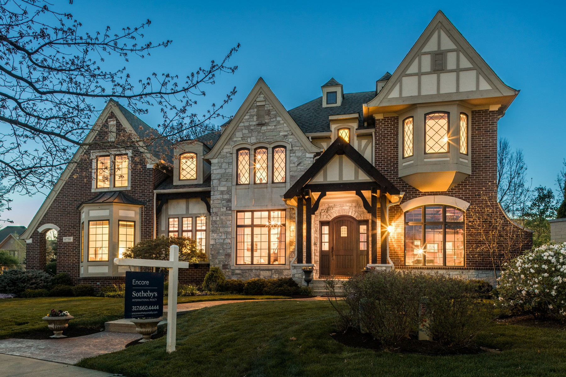 Single Family Homes por un Venta en Architectural Stunner in Stonegate 6730 Beekman Place W, Zionsville, Indiana 46077 Estados Unidos