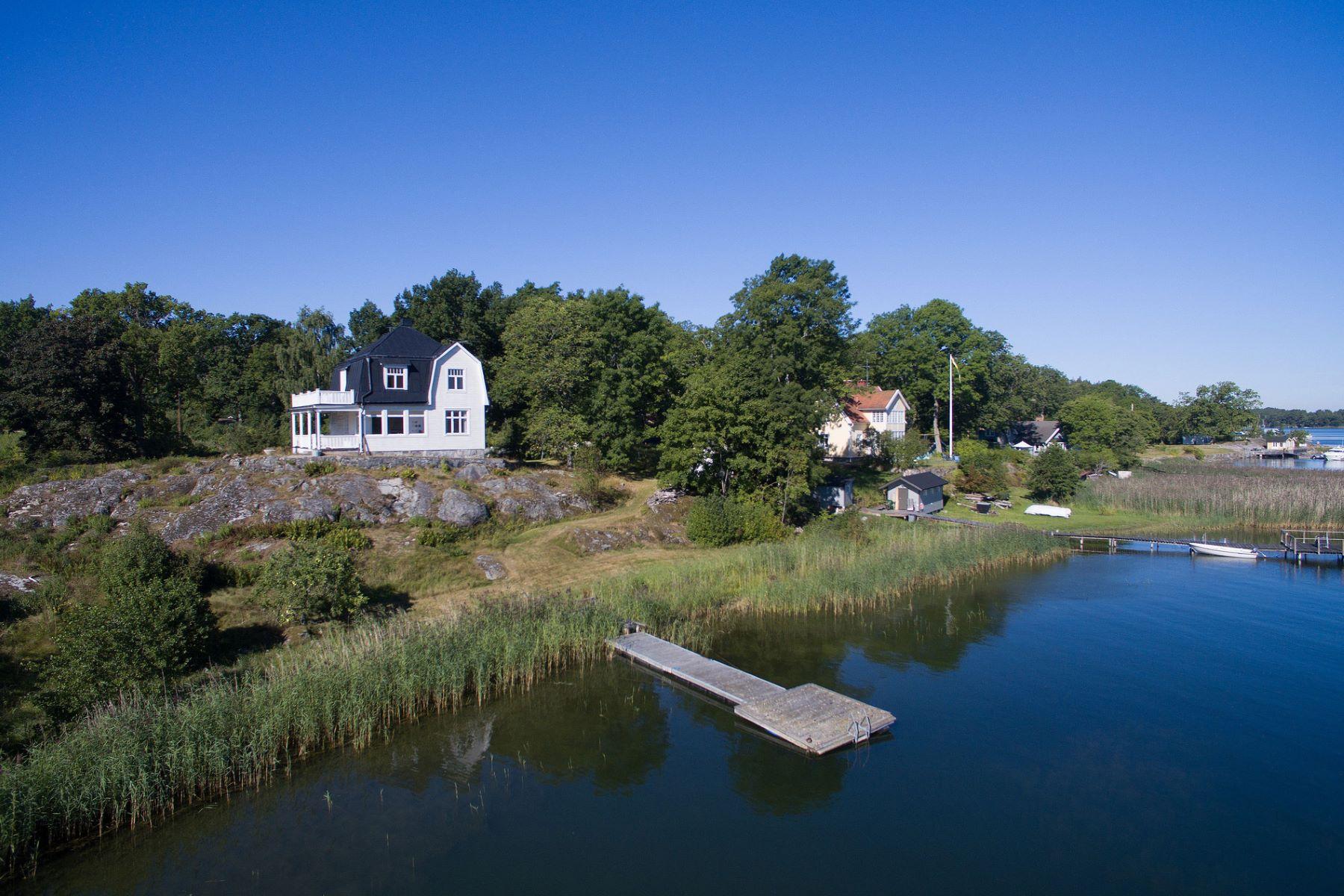 独户住宅 为 销售 在 Turn-of-the-Century home on a waterfront property and a private pier Östra Räknäsvägen 9 斯德哥尔摩其他地方, 斯德哥尔摩, 134 38 瑞典