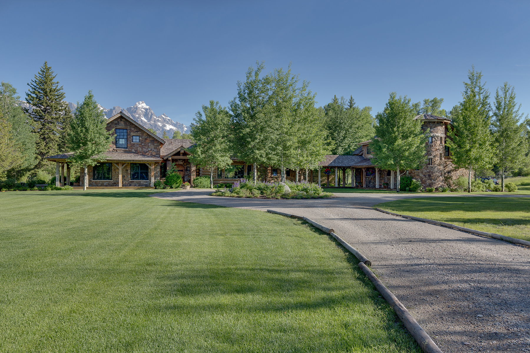 Single Family Homes 为 销售 在 Timeless Appeal on the Snake River 1205 E Middle Meadow Road 杰克逊, 怀俄明州 83001 美国