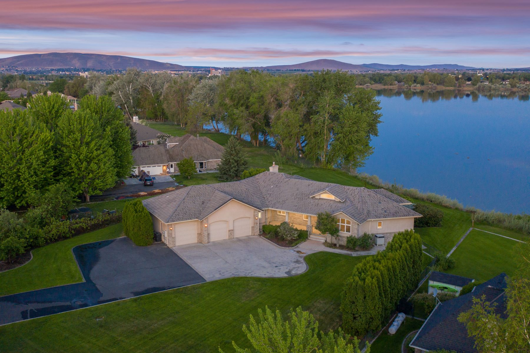 Single Family Homes for Sale at Riverfront Estate 12507 Eagle Reach Court Pasco, Washington 99301 United States