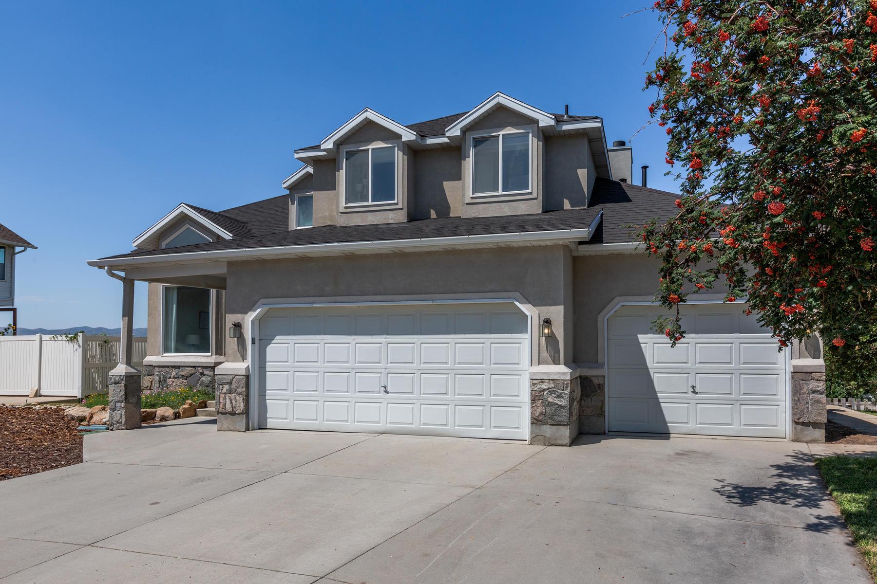 Single Family Homes için Satış at After Years of Loving This Home as Their Own 11892 Bluff View Drive, Sandy, Utah 84092 Amerika Birleşik Devletleri