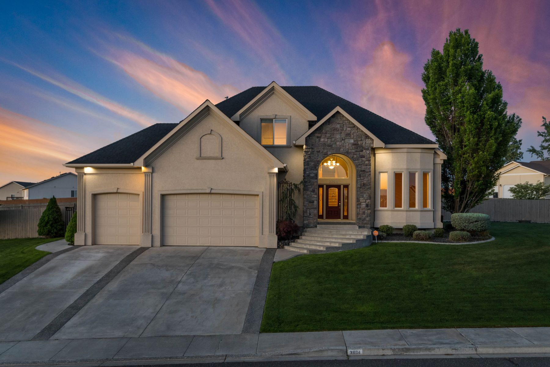 Single Family Homes for Sale at Custom built Pasco home in perfect condition 3804 Tusayan Drive Pasco, Washington 99301 United States