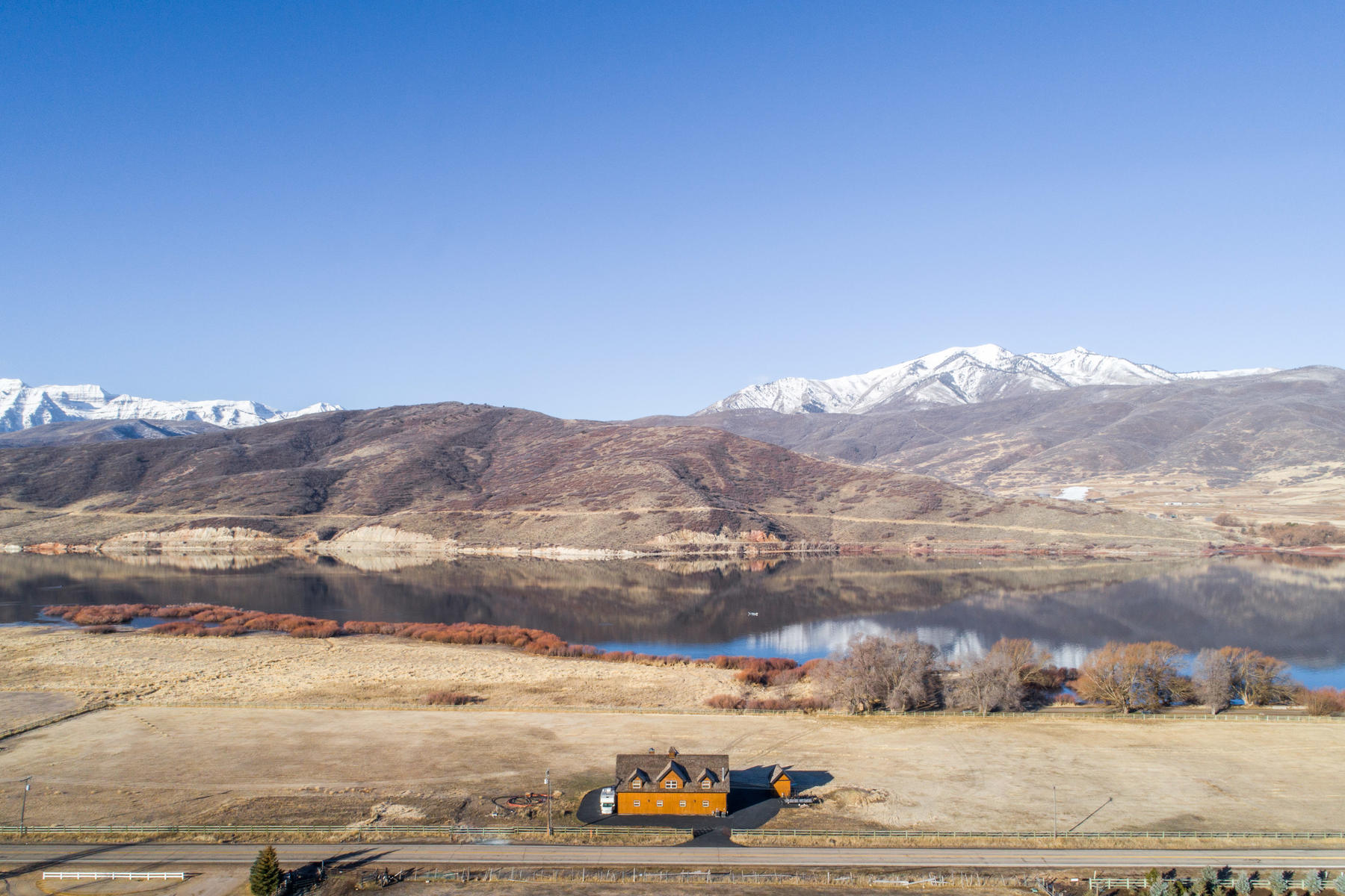 独户住宅 为 销售 在 8 Plus Acres And Home On Deer Creek Lake Adjacent To The Provo River 2790 South 3600 West 查尔斯顿, 犹他州 84032 美国