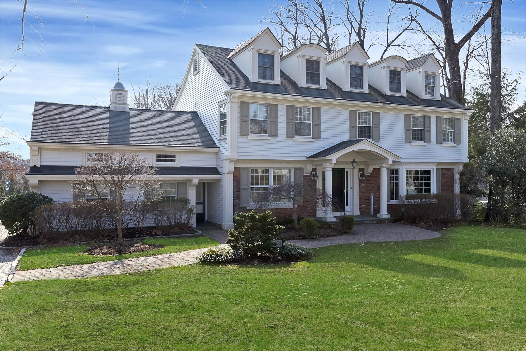 Maison unifamiliale pour l Vente à Sophisticated Center Hall Colonial In The Sought After Willard School Area 302 Bedford Road Ridgewood, New Jersey 07450 États-Unis
