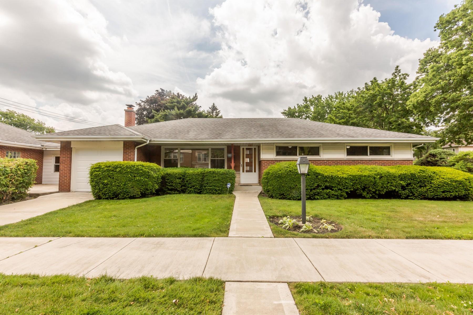 Casa Unifamiliar por un Venta en Updated Skokie Ranch Home 4153 Kirk Street Skokie, Illinois, 60076 Estados Unidos