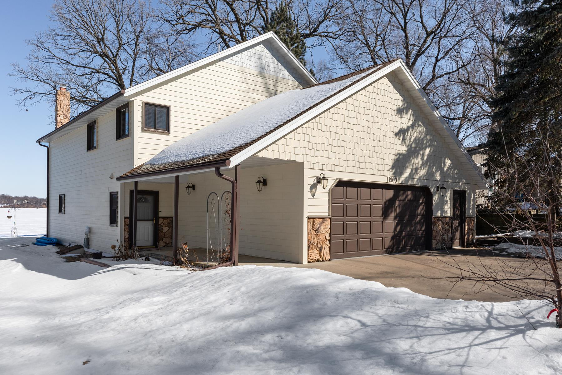 Single Family Homes für Verkauf beim Vibrantly Beautiful Updated Home with 51 Feet Level Shoreline on Lake Minnetonka 1900 Shorewood Lane, Mound, Minnesota 55364 Vereinigte Staaten