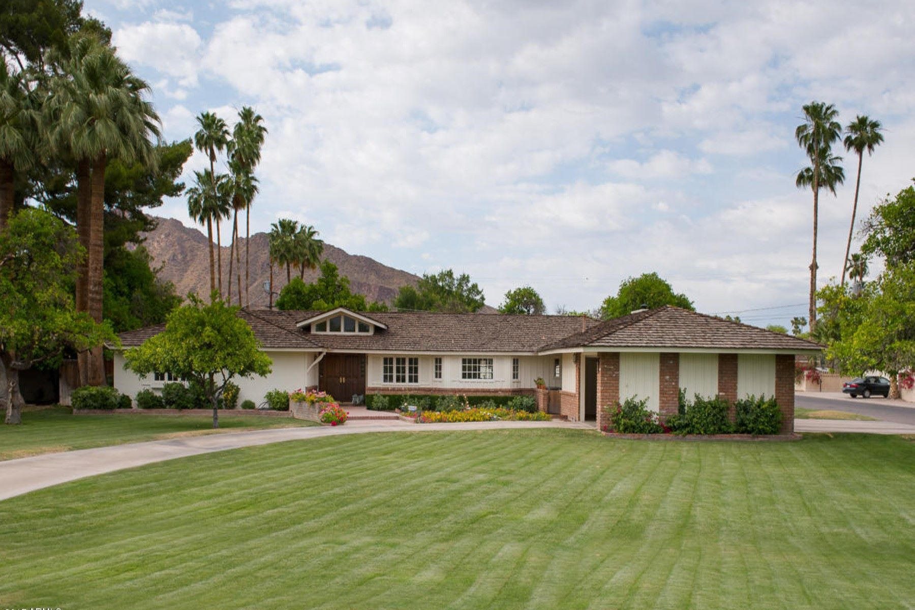 獨棟家庭住宅 為 出售 在 Charming Ranch Home in the Heart of Arcadia 6040 E Lafayette Blvd Scottsdale, 亞利桑那州, 85251 美國