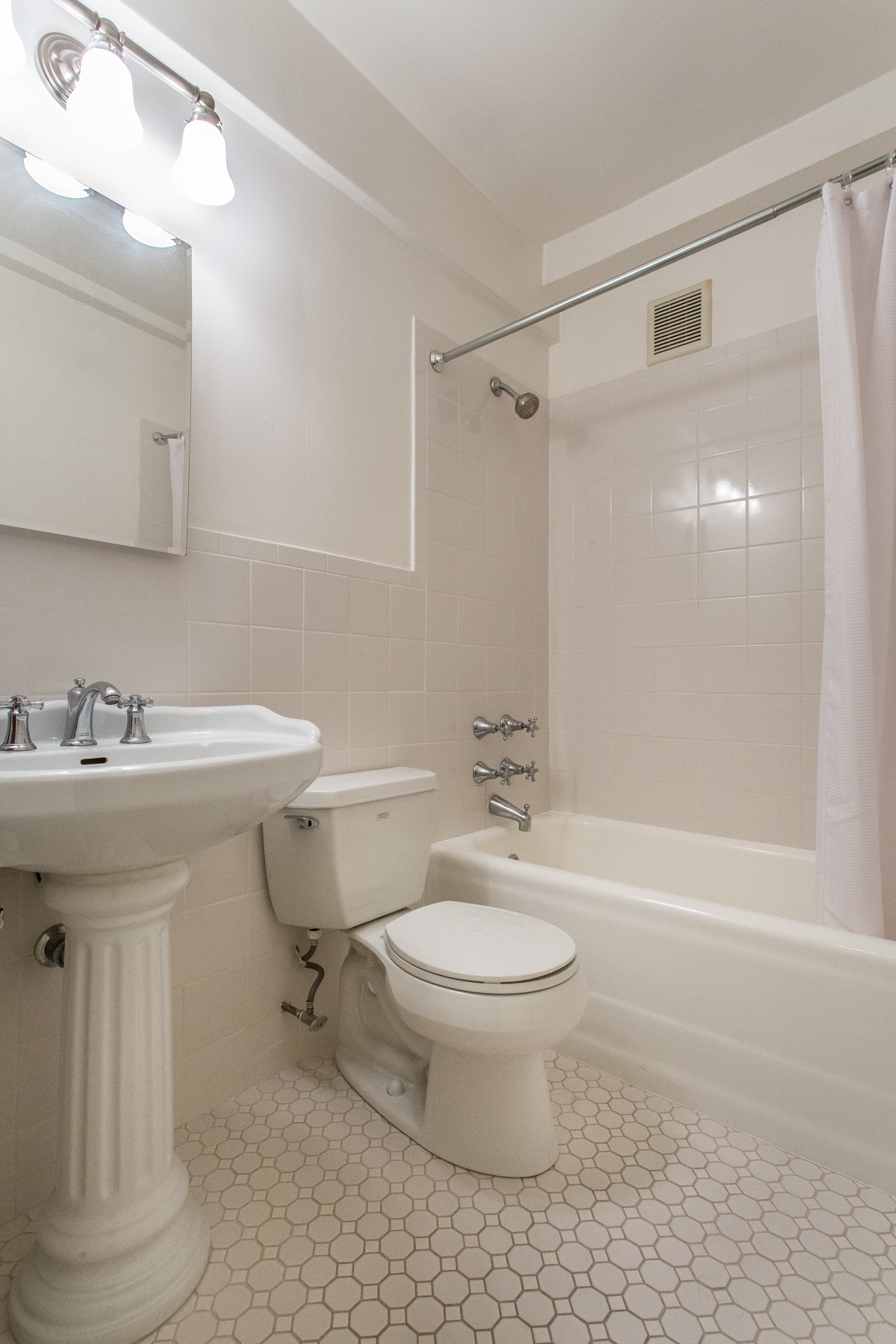 "Additional photo for property listing at ""WONDERFULLY RENOVATED STUDIO"" 20 Continental Avenue, #2K, 森林山, 纽约州 11375 美国"