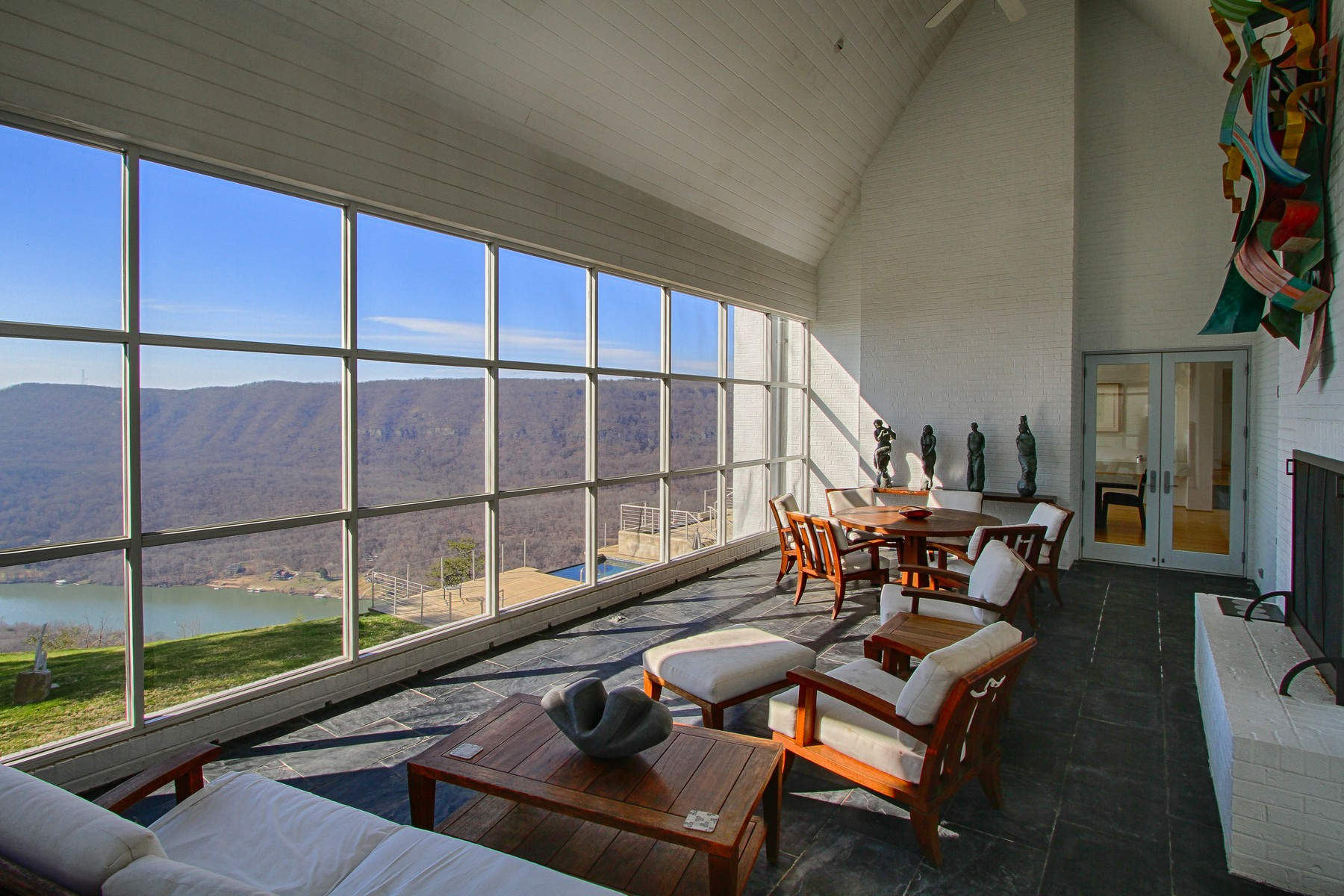 Additional photo for property listing at Sweeping Views of the Tennessee River Gorge 8 Close Family Road Signal Mountain, Tennessee 37377 United States