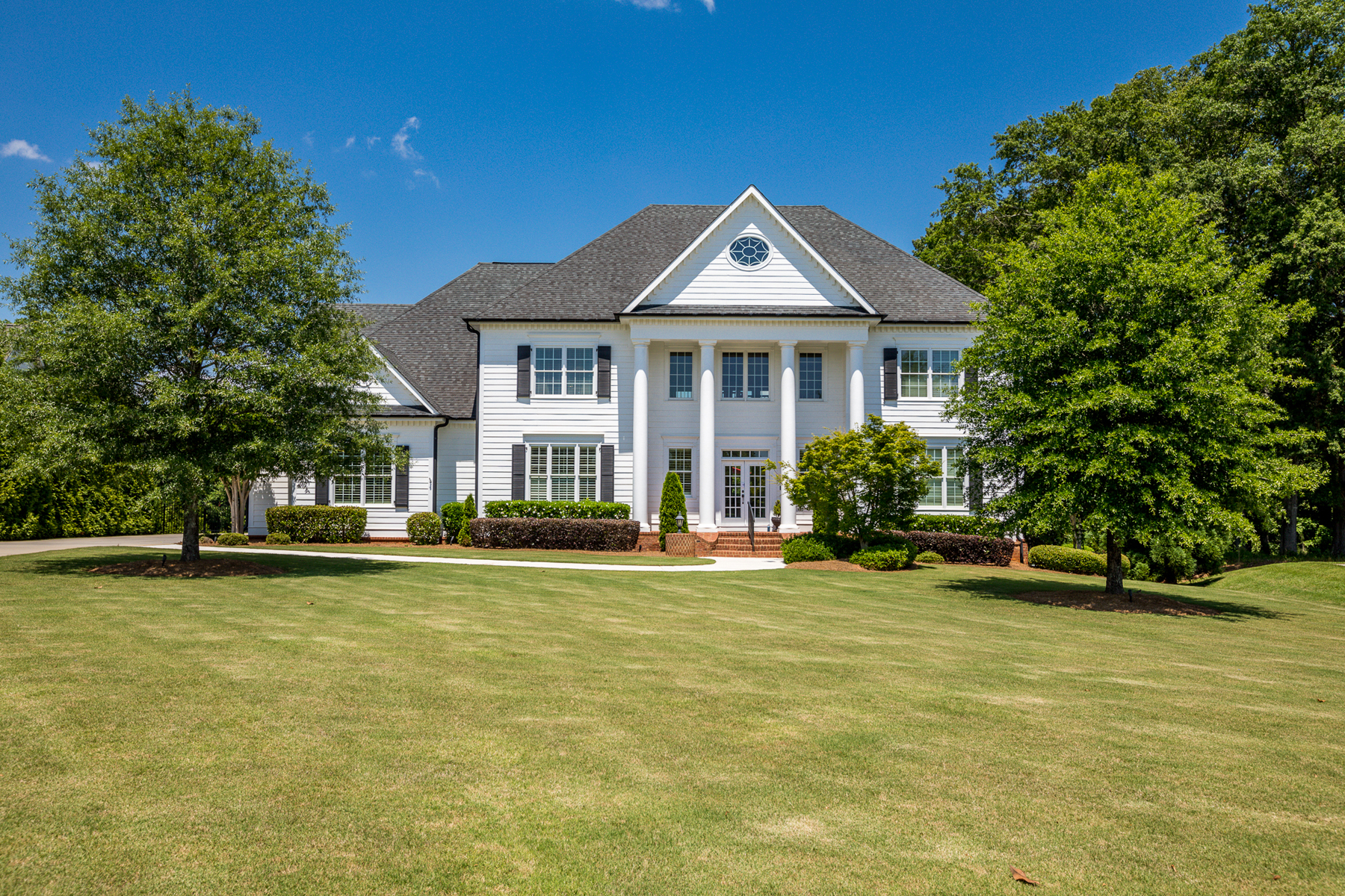 Single Family Homes для того Продажа на Sophisticated Greek Revival with Spectacular Pool and Spa on Golf Course 585 Wentworth Court, Fayetteville, Джорджия 30215 Соединенные Штаты