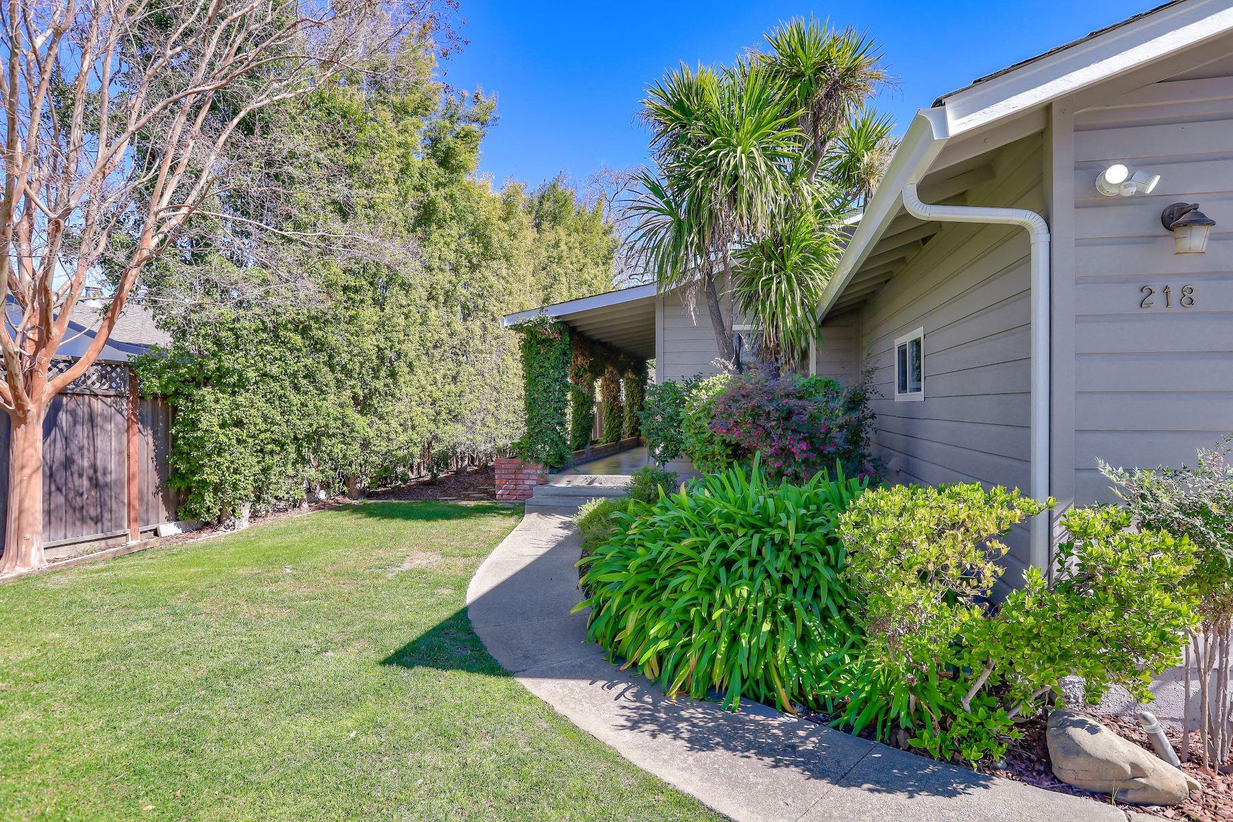 Single Family Homes para Venda às Ranch Home in Los Gatos! 218 Mattson Avenue, Los Gatos, Califórnia 95032 Estados Unidos