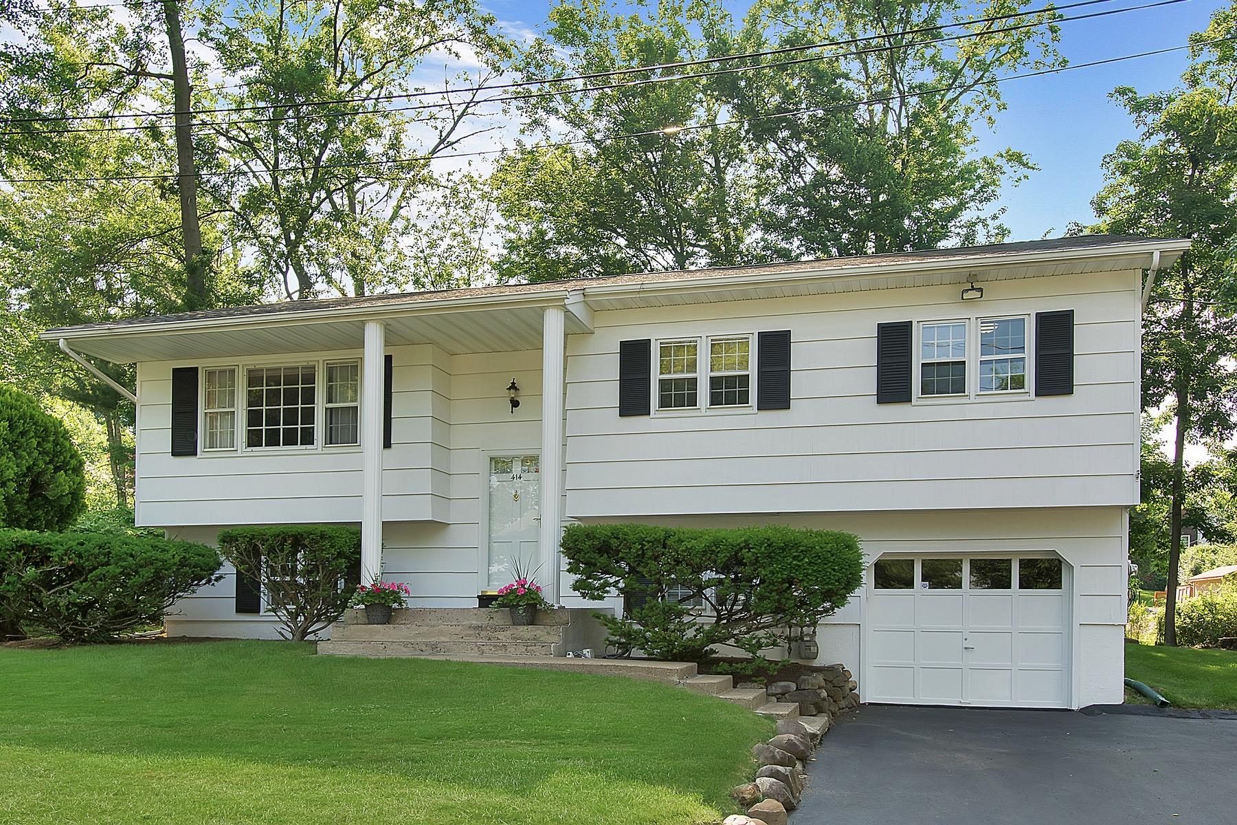 Casa Unifamiliar por un Venta en Lovely Home in Quiet Setting 414 Maple Avenue Upper Nyack, Nueva York 10960 Estados Unidos