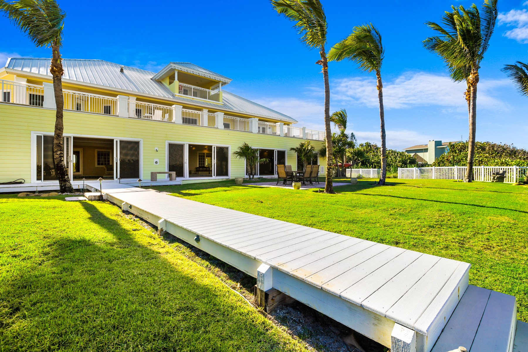 Additional photo for property listing at Gorgeous Tropically Landscaped Home with Endless Ocean Vistas 5045 S Highway A1A Melbourne Beach, Florida 32951 Förenta staterna