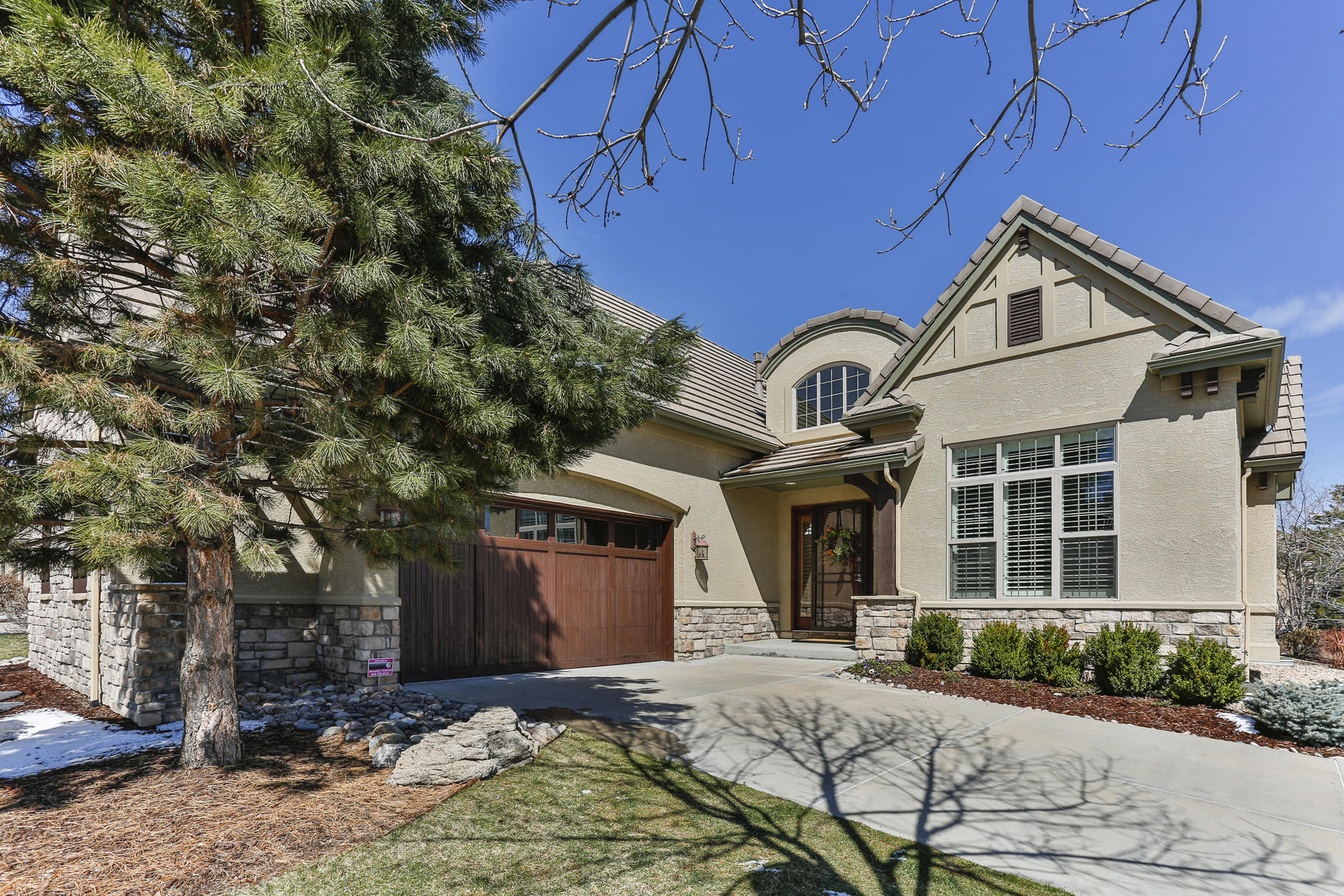 Single Family Homes のために 売買 アット Beautifully upgraded and updated luxury patio home on 8717 sf corner site 80 Brookhaven Drive Littleton, コロラド 80123 アメリカ