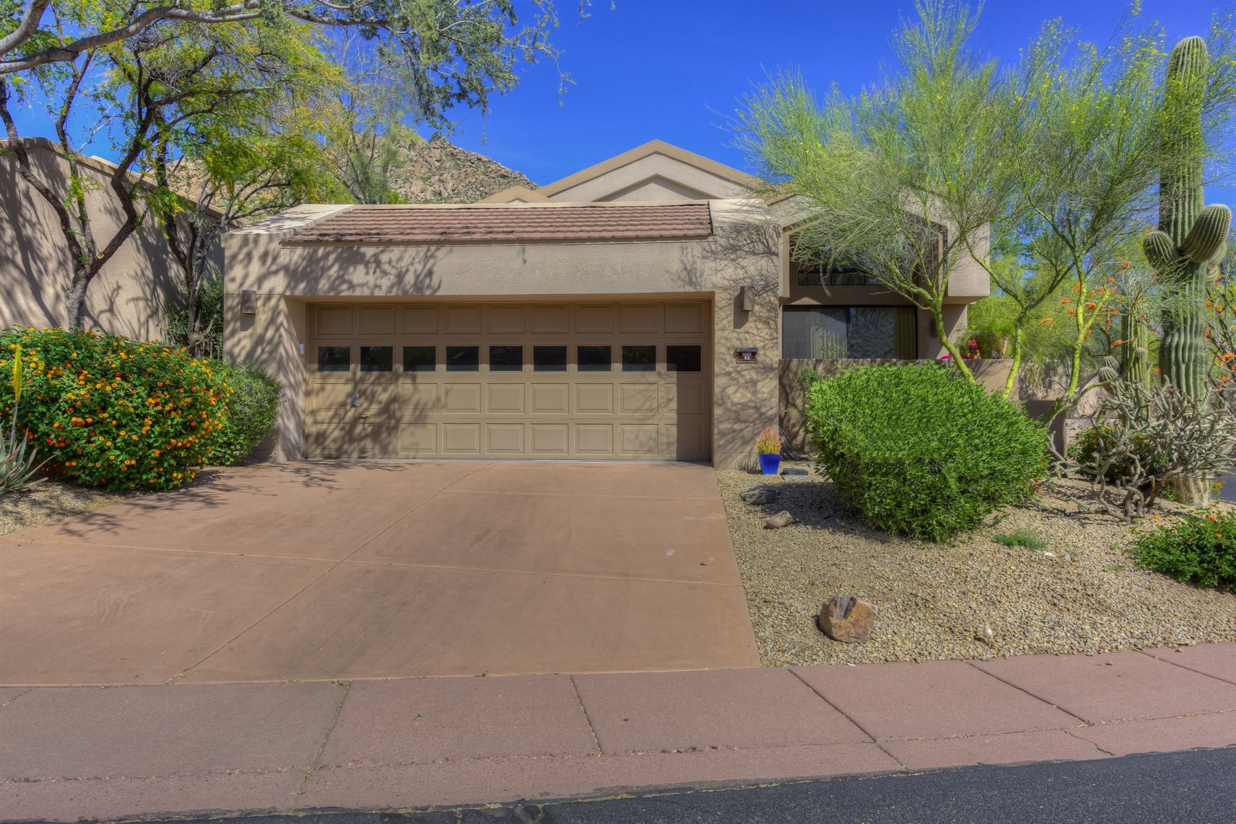 Vivienda unifamiliar por un Venta en Single-level home situated on cul de sac lot 25150 N WINDY WALK DR 63 Scottsdale, Arizona, 85255 Estados Unidos