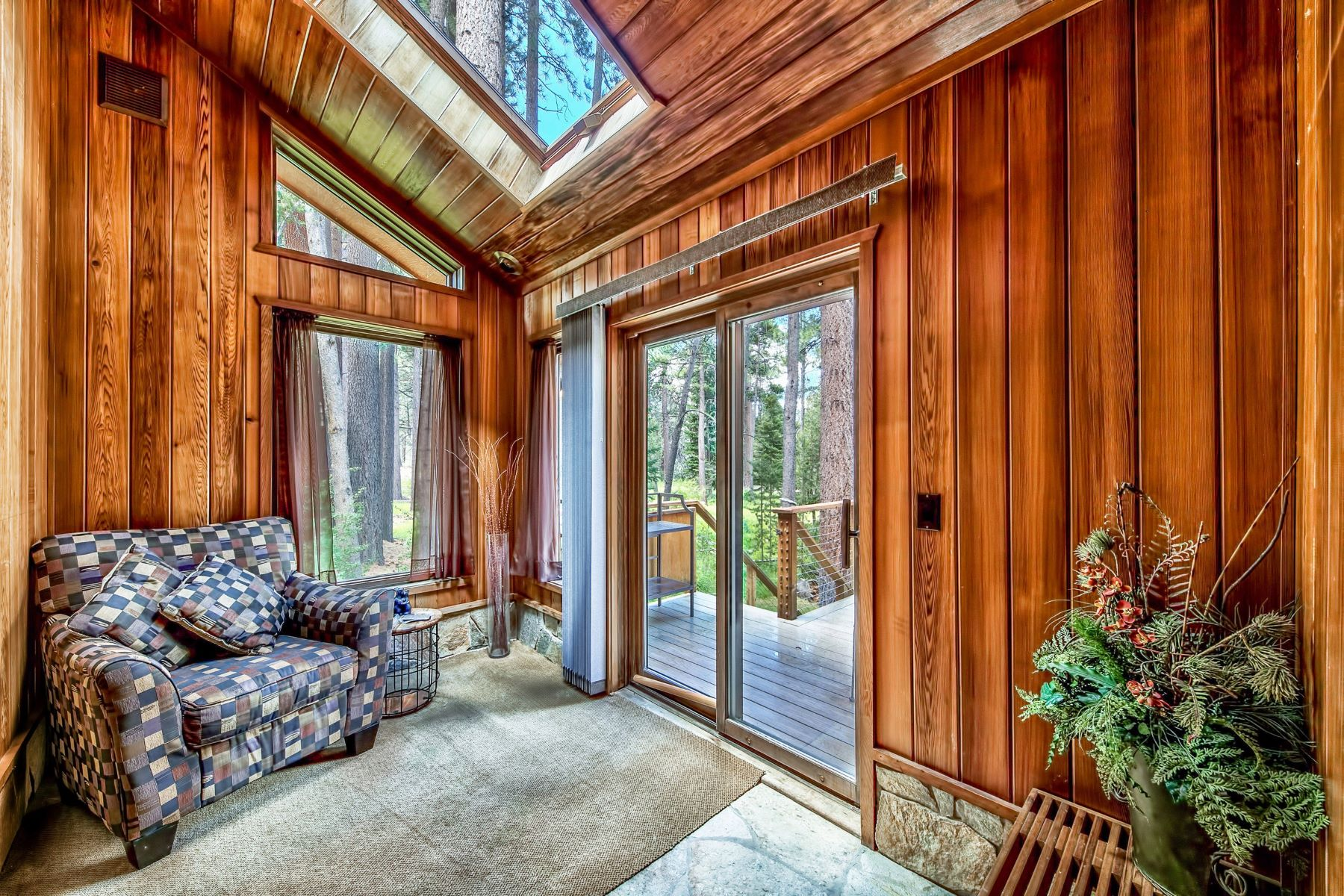 Additional photo for property listing at 952 Silverwood Circle, South Lake Tahoe, CA 96150 952 Silverwood Circle South Lake Tahoe, California 96150 United States
