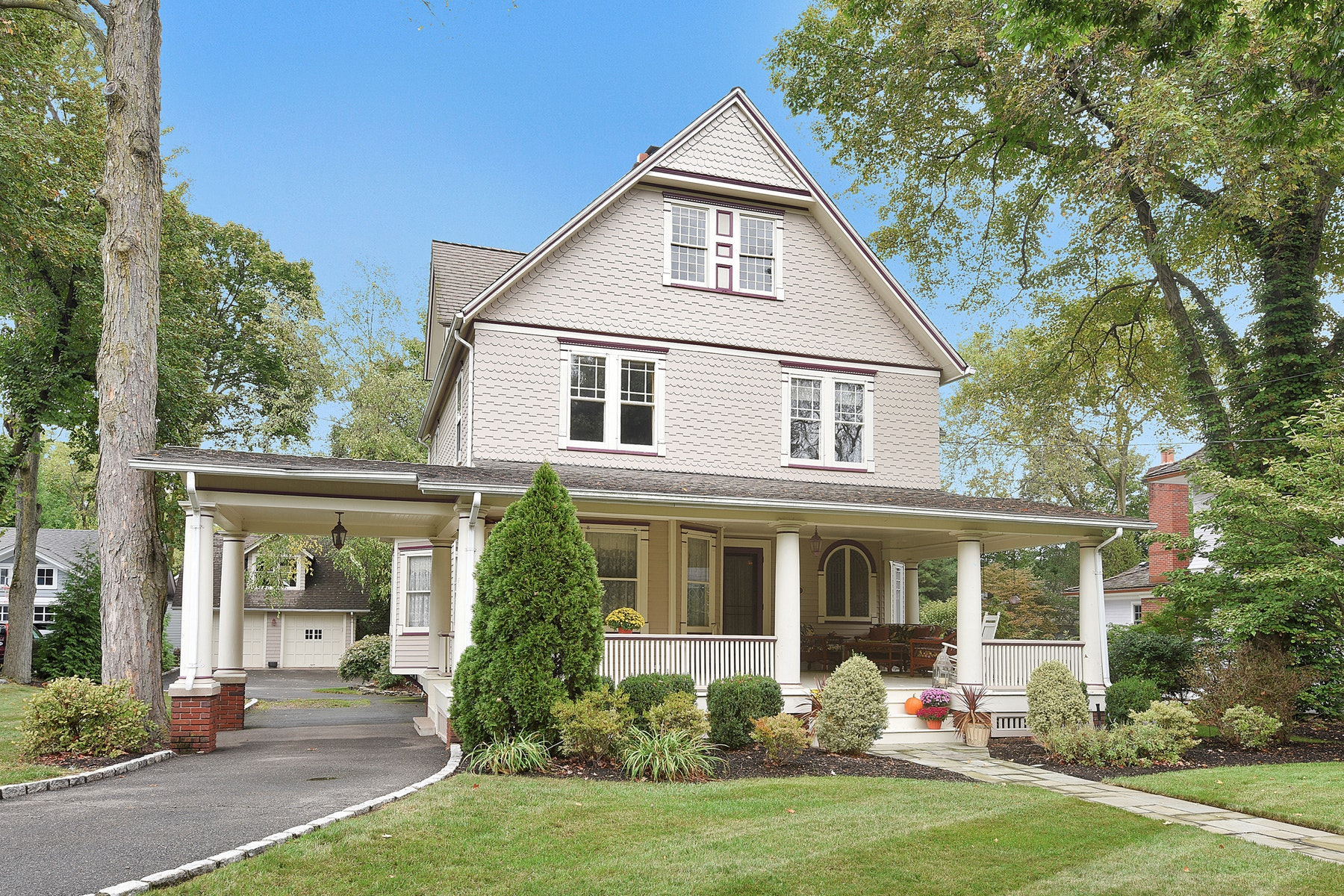 Single Family Homes for Sale at Gracious Colonial! 419 Spring Avenue Ridgewood, New Jersey 07450 United States