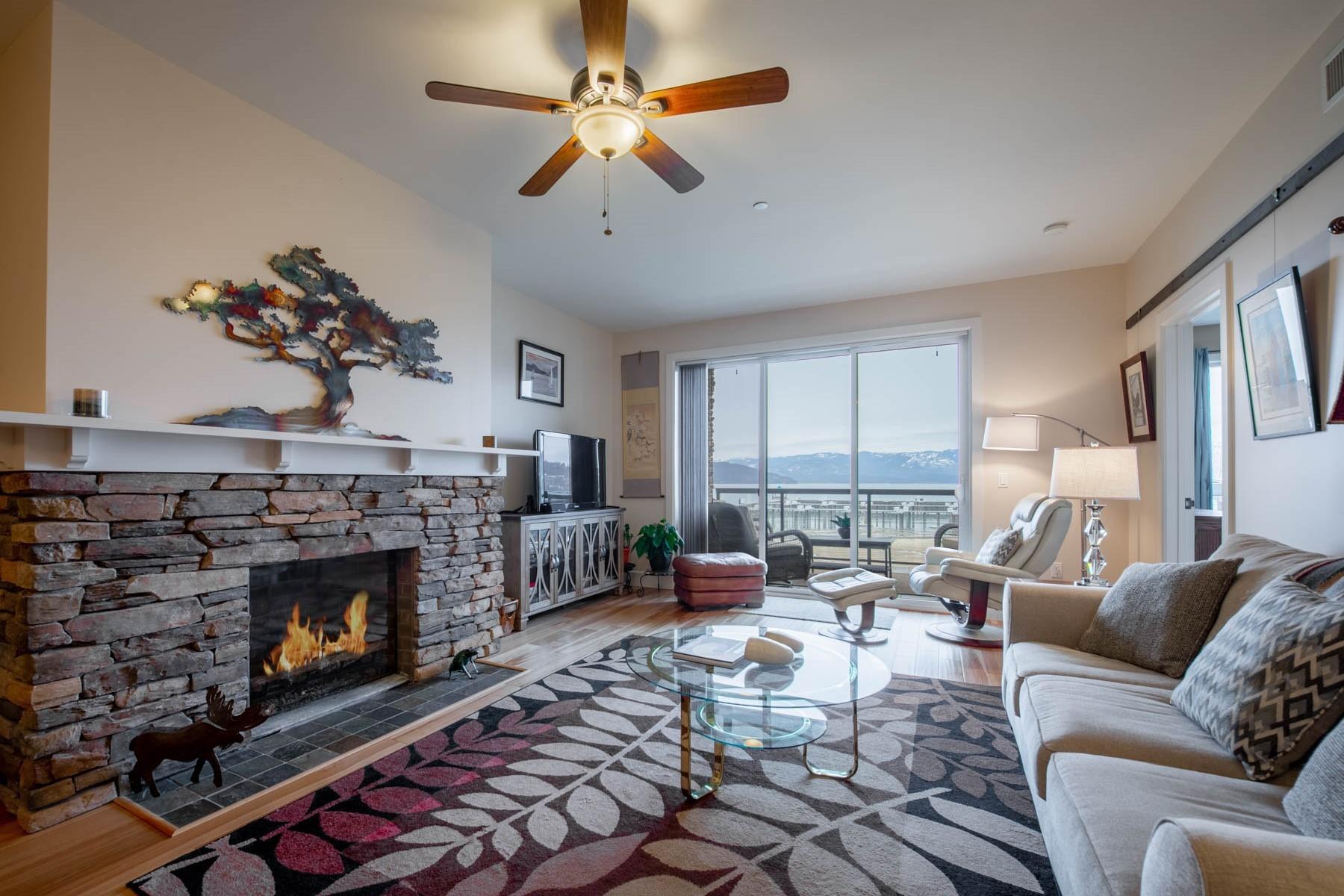 Condominiums por un Venta en Updated 1st Floor Seasons' Residence 412 Sandpoint Avenue #132 Sandpoint, Idaho 83864 Estados Unidos