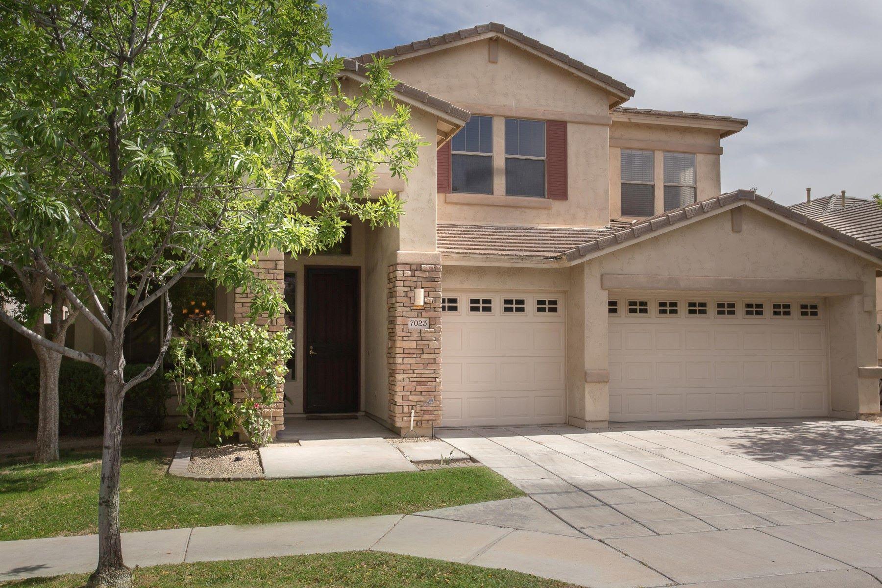 Частный односемейный дом для того Продажа на Gorgeous move-in ready home in Phoenix 7023 S 24TH PL Phoenix, Аризона, 85042 Соединенные Штаты