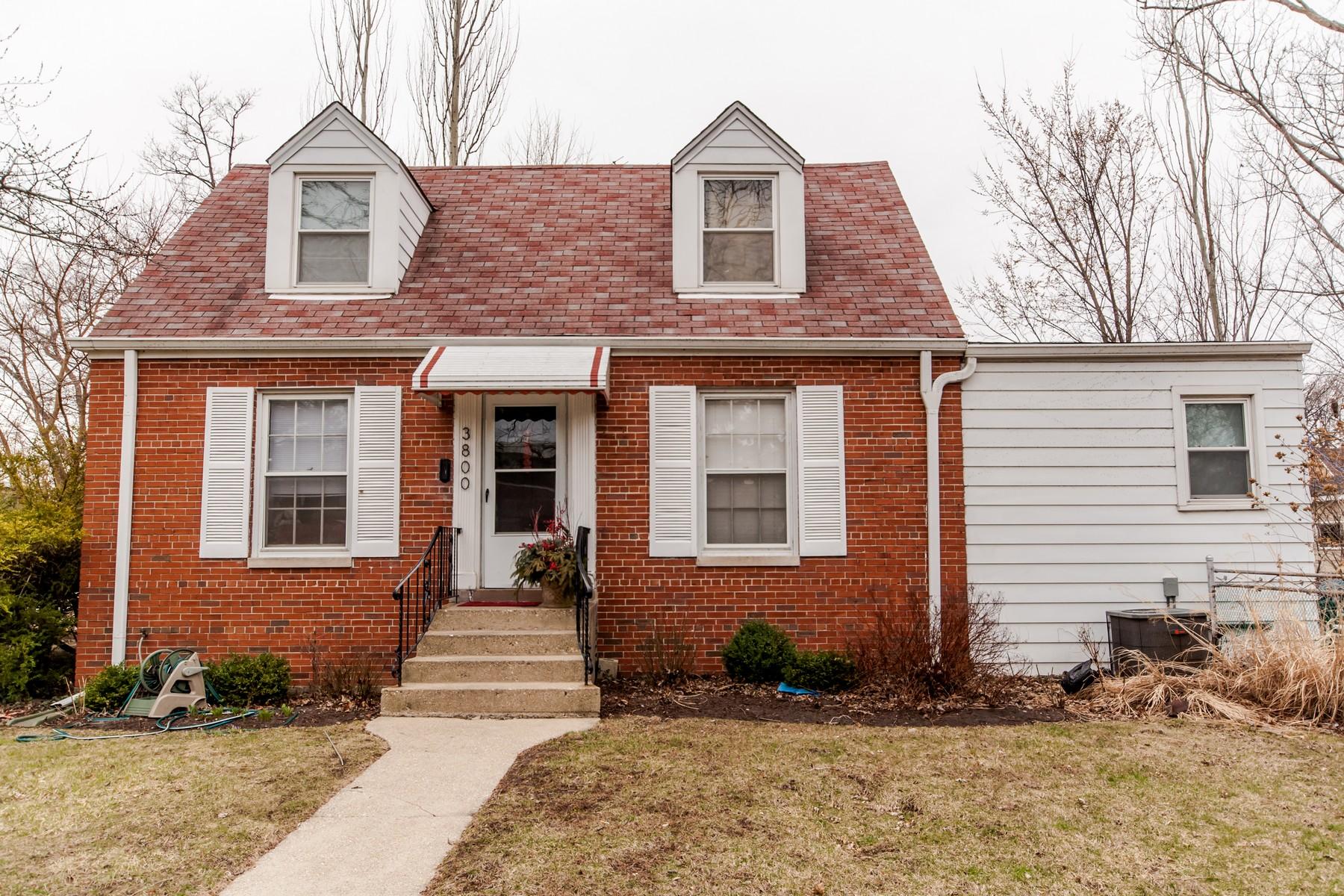 Casa para uma família para Venda às Cute Cape Cod On Large Corner Lot 3800 Kirk Street Skokie, Illinois, 60076 Estados Unidos
