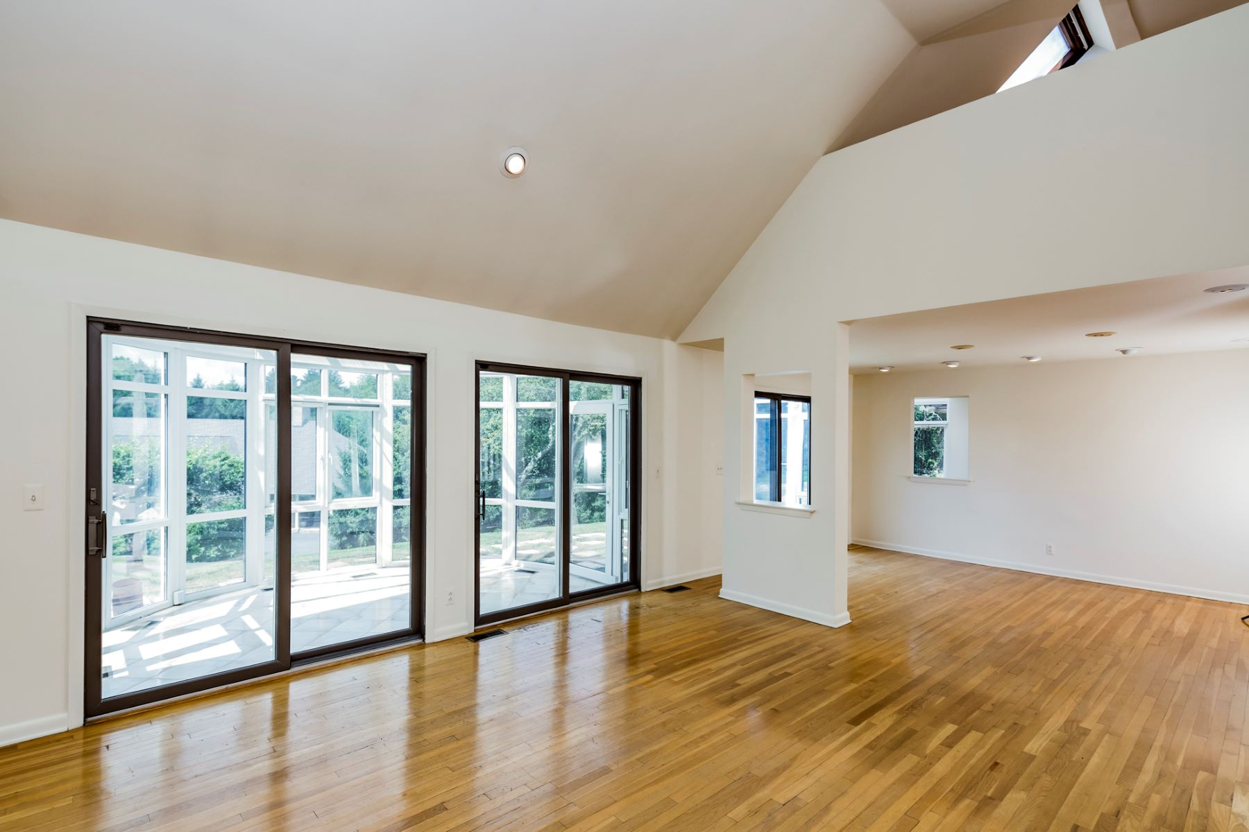 Additional photo for property listing at Modern, Light-Filled Hillier Home Frames Nature 7 Kimberly Court, Princeton, New Jersey 08540 United States