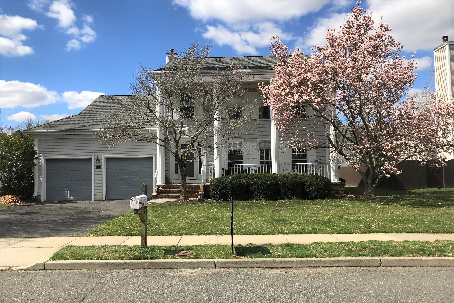 Single Family Homes pour l Vente à Society Hill Colonial 12 Polo Club Drive, Tinton Falls, New Jersey 07724 États-Unis