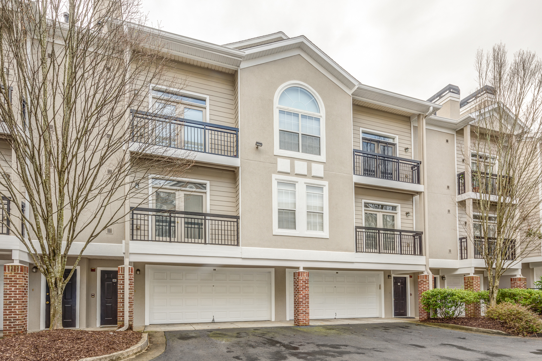 Condominio por un Alquiler en Beautiful Multi-level Townhome Conveniently Located 4248 River Green Drive NW Unit 310, Atlanta, Georgia, 30327 Estados Unidos