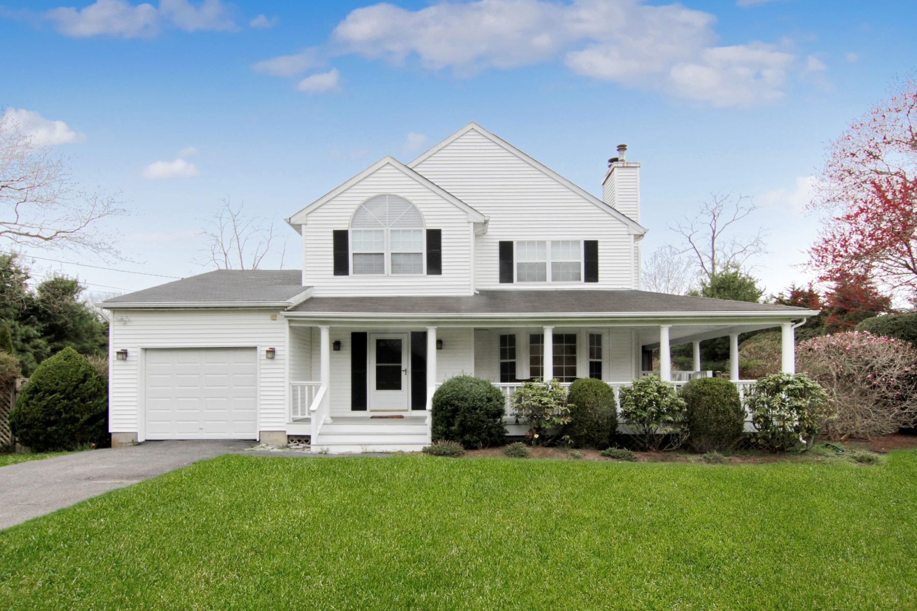 Частный односемейный дом для того Продажа на Summer Retreat 13 Shore Road Remsenburg, Нью-Йорк, 11960 Соединенные Штаты