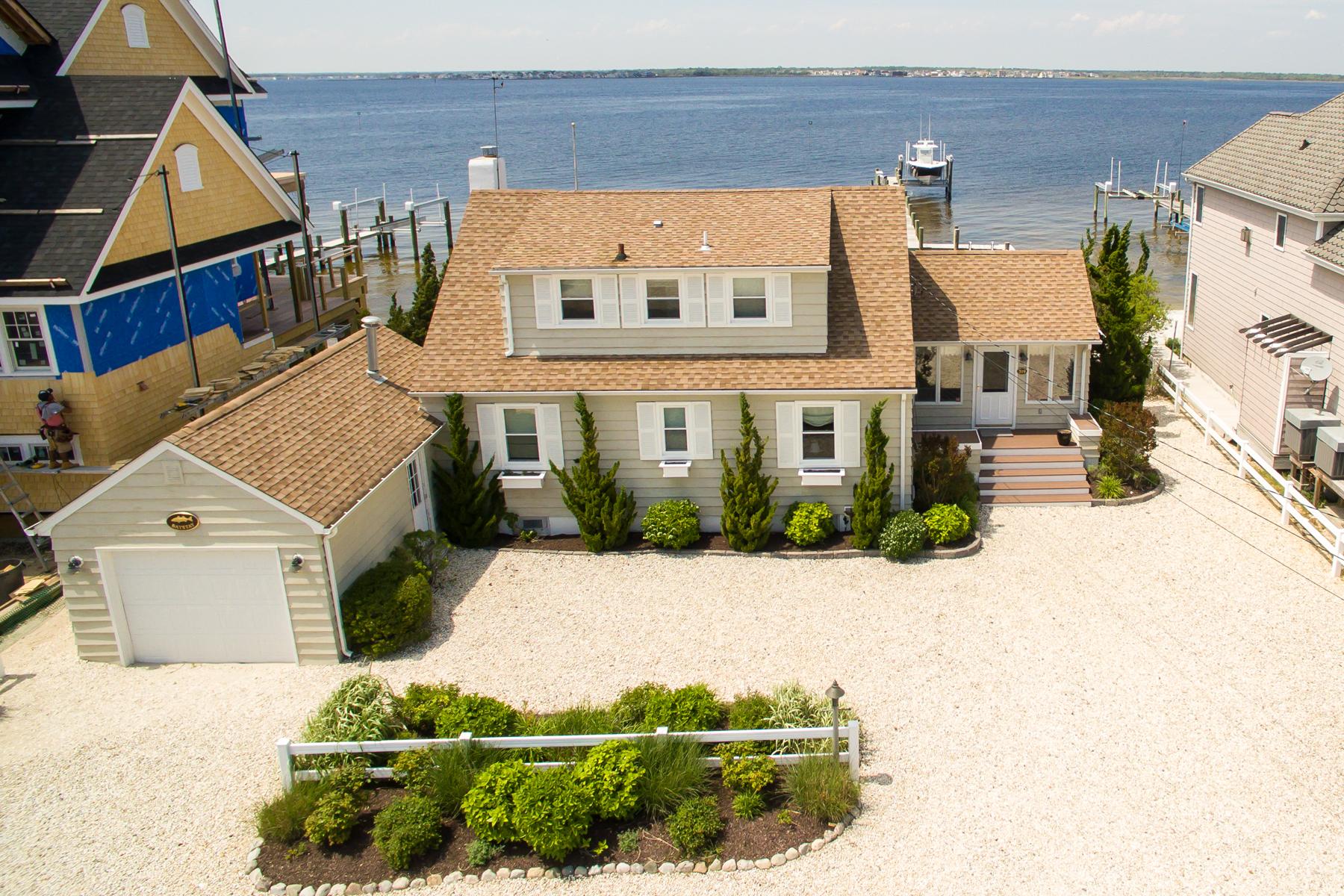 Maison unifamiliale pour l Vente à Recently Updated Cape-Style Bayfront Home 519 Normandy Drive Normandy Beach, New Jersey 08739 États-Unis