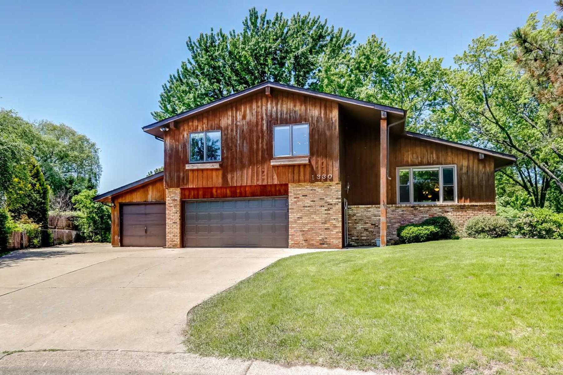 Single Family Homes للـ Sale في 5244883 1330 Pike Lake Ct, New Brighton, Minnesota 55112 United States
