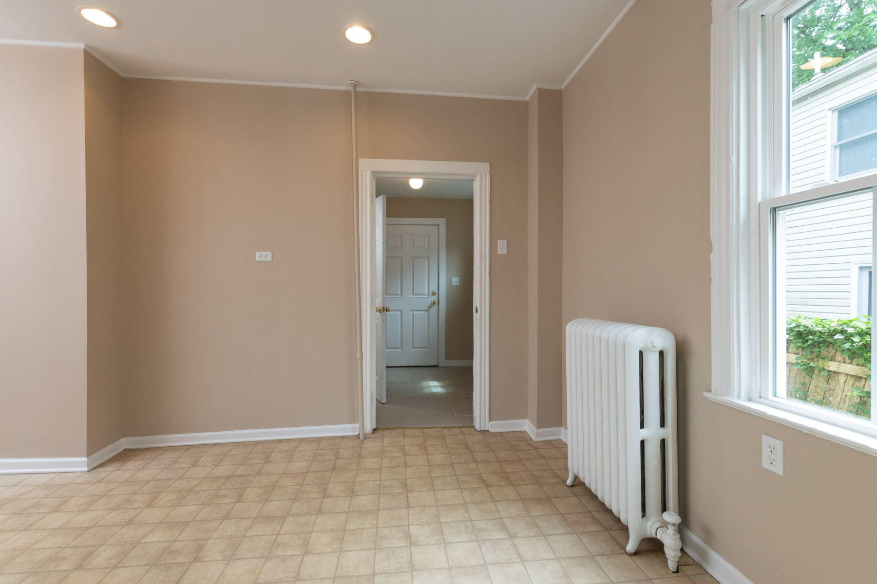 Additional photo for property listing at Freshened In-Town 3-4 Bedroom with 3 Parking Spots 20 Leigh Avenue, Princeton, Nova Jersey 08540 Estados Unidos