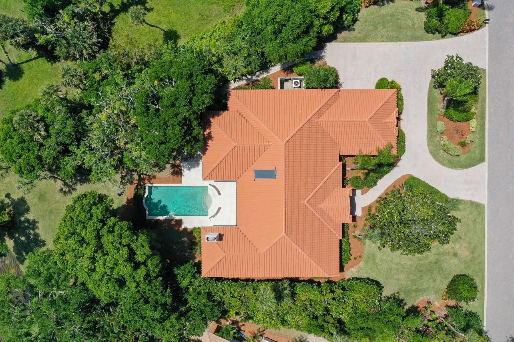 Additional photo for property listing at Tranquil Lakefront Home Under Mature Oaks. 100 Island Sanctuary Vero Beach, Florida 32963 United States